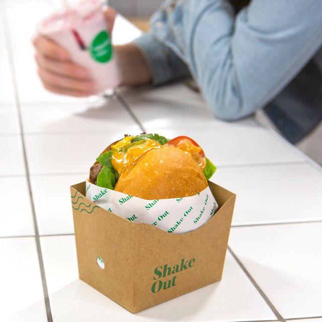Slidin' across a table near you 😍🍔 #shakeout #cheeseburger #grassfedbeef #potatobuns ⚡️