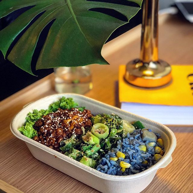 Throwback to our colourful lunch menu last week - ÉNFD zhajiang chicken bowl with steamed veg and blue pea corn brown rice!
