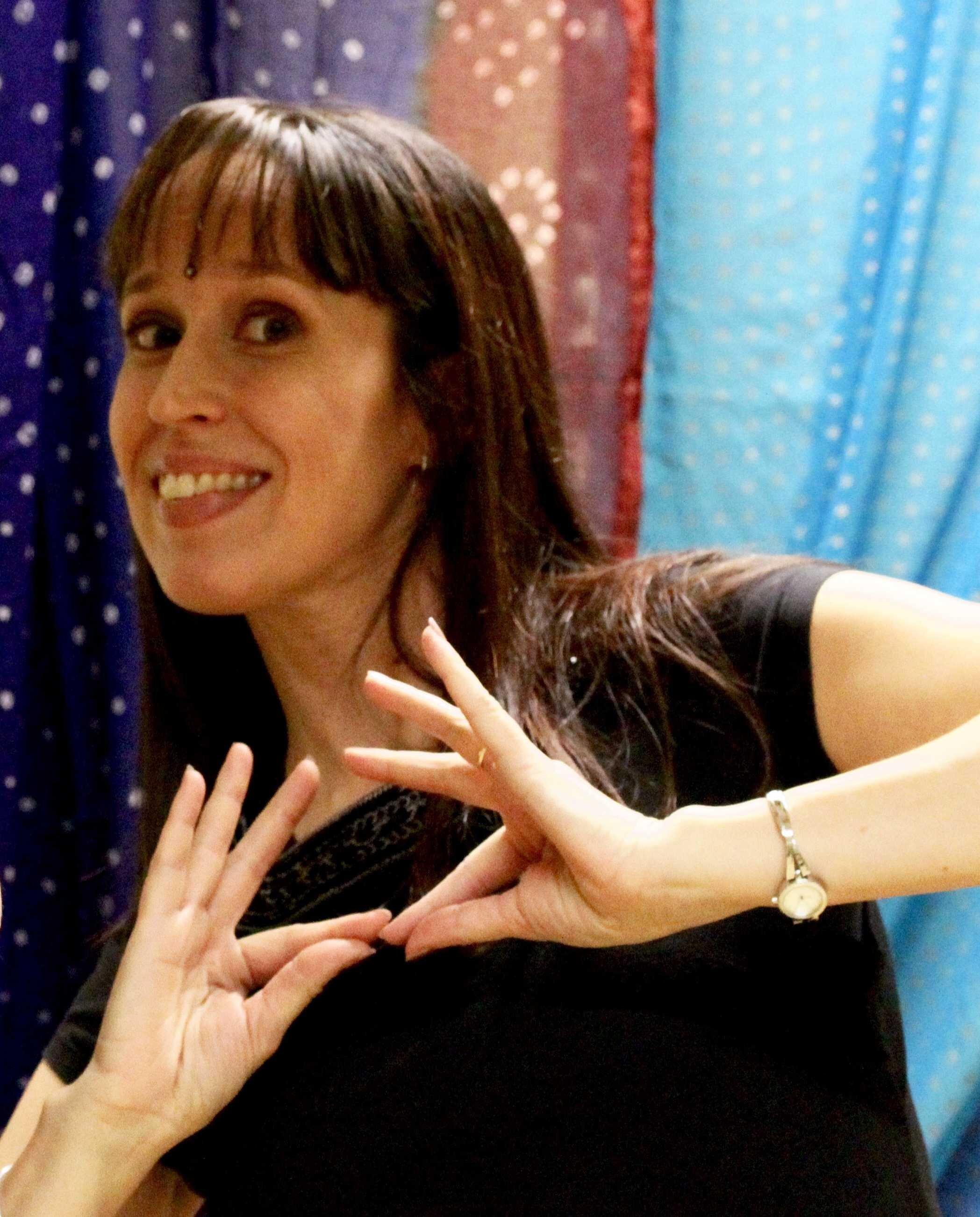 """Kati Mikkonen - Hei! Olen Kati, innokas tanssiharrastaja, perheenäiti ja tuotekehitysinsinööri. Pidän itseäni aika nuorekkaana nelikymppisenä, ja innostun helposti kaikista hauskoista asioista. Mottoni on: """"Kaikkea pitää kokeilla, paitsi kansantanhuja"""". No, niitäkin on tullut kokeiltua, joten se siitä.En ole koskaan ollut mikään tavoitteellinen himourheilija. Mielestäni kaiken tekemisen ja harrastamisen pitää olla hauskaa, ja juuri siksi tanssi sopii minulle kuin nenä päähän. Tanssiessa sitä vain antautuu musiikin ja liikkeen vietäväksi. Kuntoilu ja hiki tulevat siinä sivussa, vähän niin kuin huomaamatta!"""