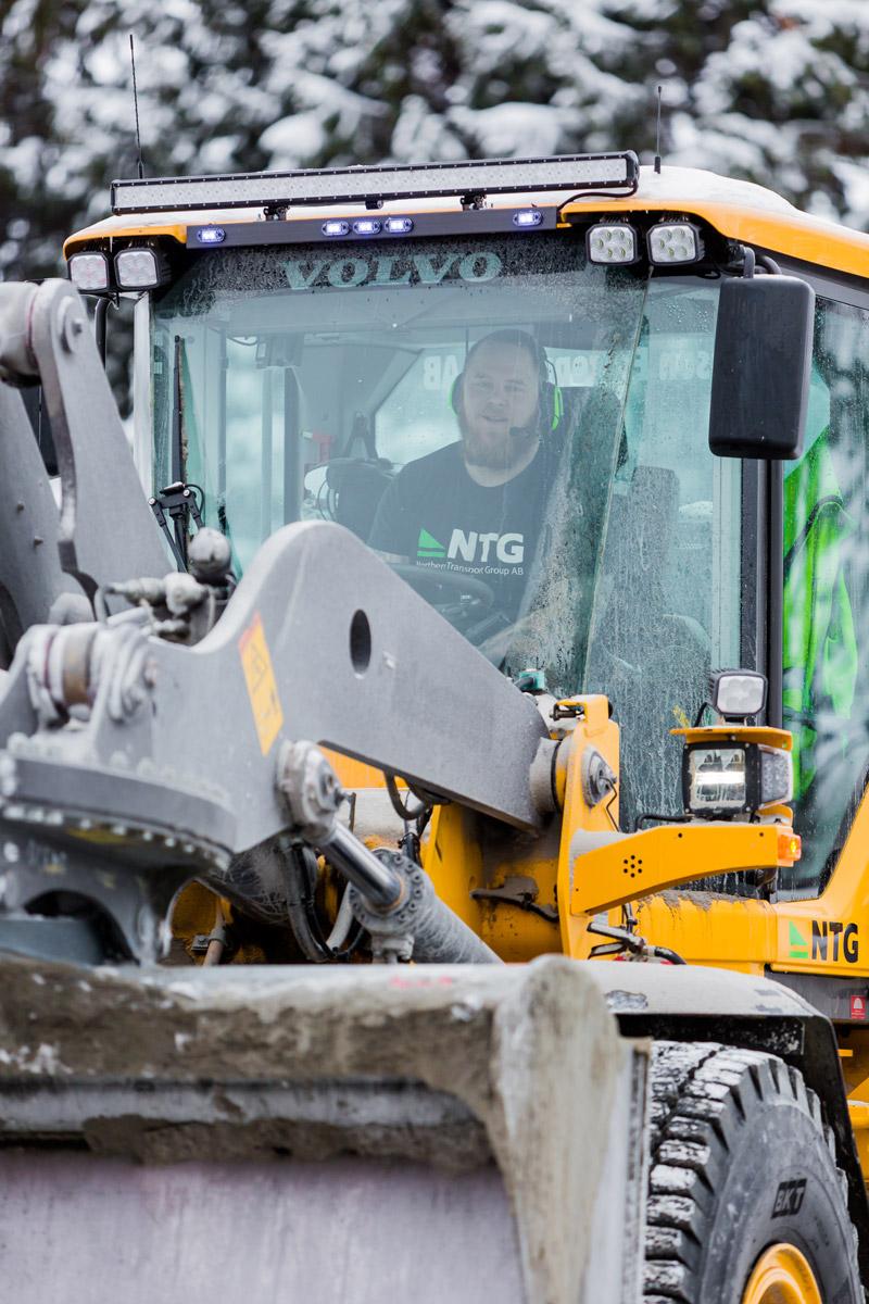 Våra tjänster - Vi tar ansvar för vår del i projektet, men vi ser även helheten. Det är vårt sätt att kvalitetssäkra leveransen. Resultatet kommer först, och vi uppnår det tillsammans. Kärnan i verksamheten är skickliga chaufförer med ett brett utbud av maskiner och bilar. Vi utför anläggnings- och asfaltstransporter, gräv-, schakt- och planeringsarbeten samt vinterväghållning med både maskiner och plogbilar.