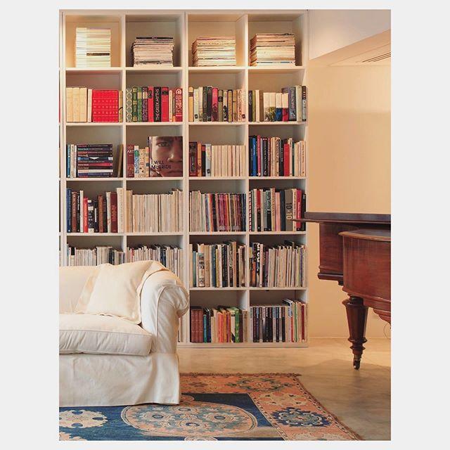 Detalhes que fazem toda a diferença, da iluminação ao conforto do sofá e música de fundo. Apartamento Haddock Lobo | CVA Arquitetura