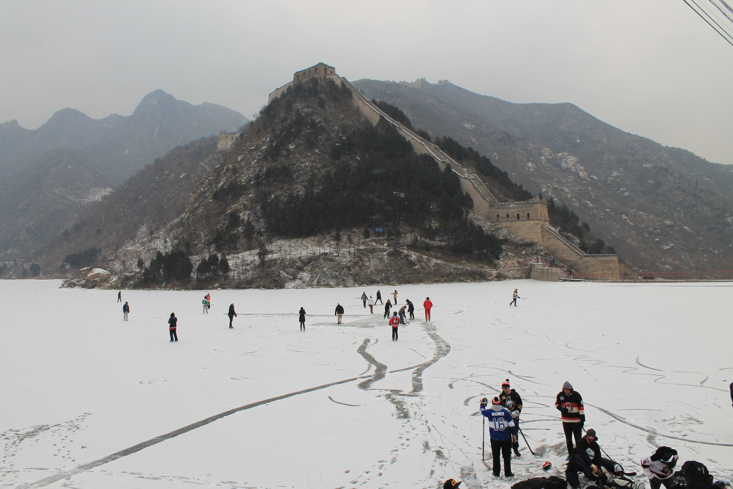 Pond hockey with Chinese flare: Canadian expats and Chinese hockey fans play hockey next to the Great Wall of China |  JONATHAN RALPH VIA TSN