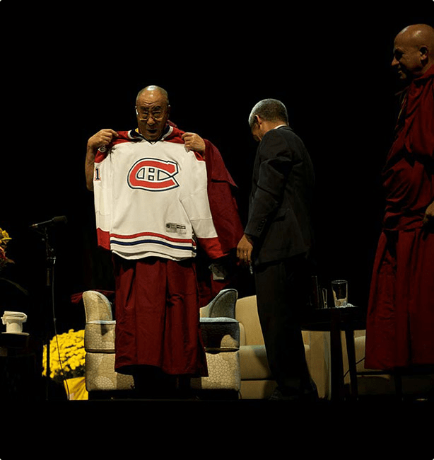 His Holiness the Dalai Lama accepts a Canadiens hockey jersey in Montreal, 2009 |  CANADA-TIBET COMMITTEE