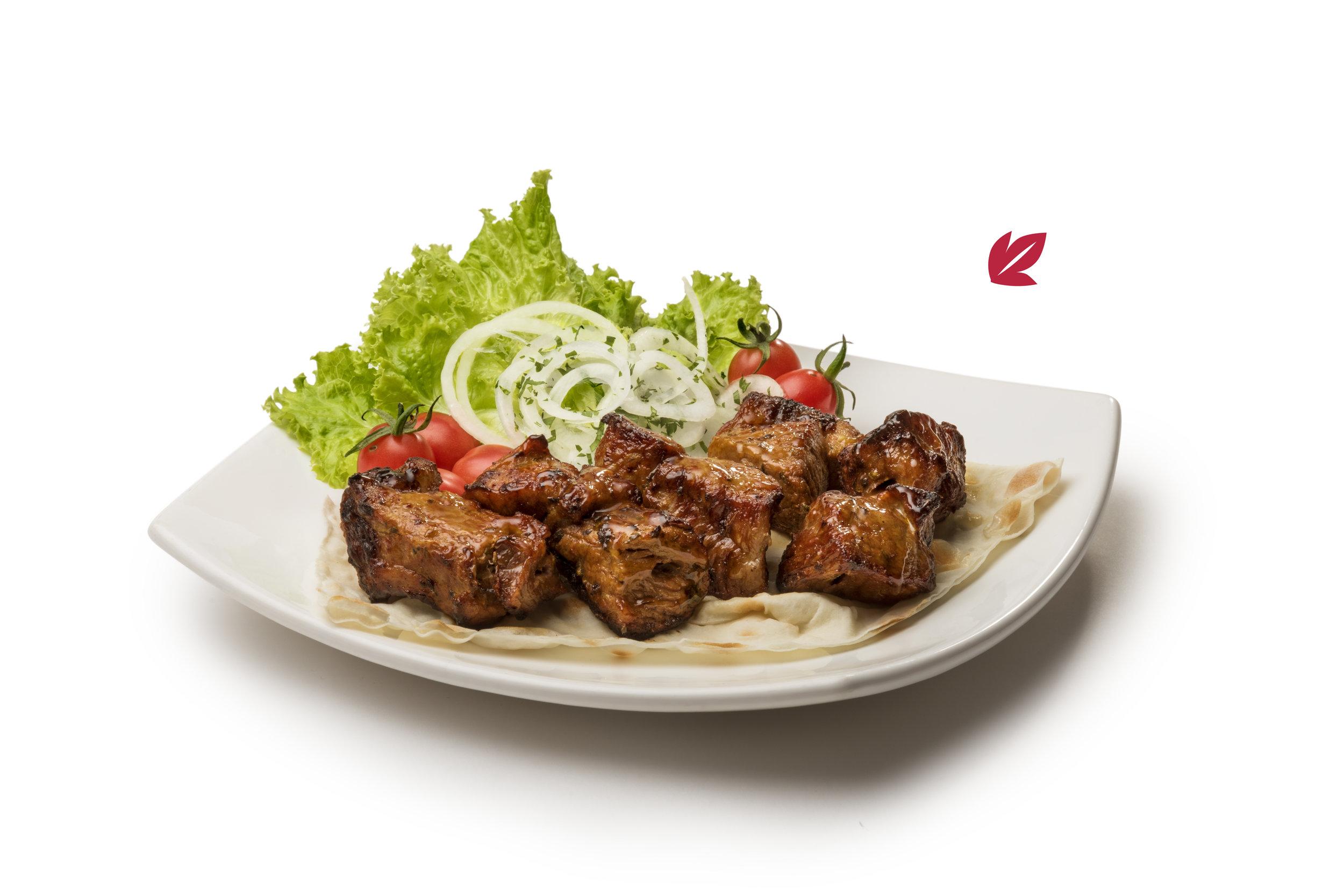 Brochette de cerdo - Brochette de carne de cerdo, cortado en cubos condimentado y asado a las brasas. Acompañado con guarnición.$390