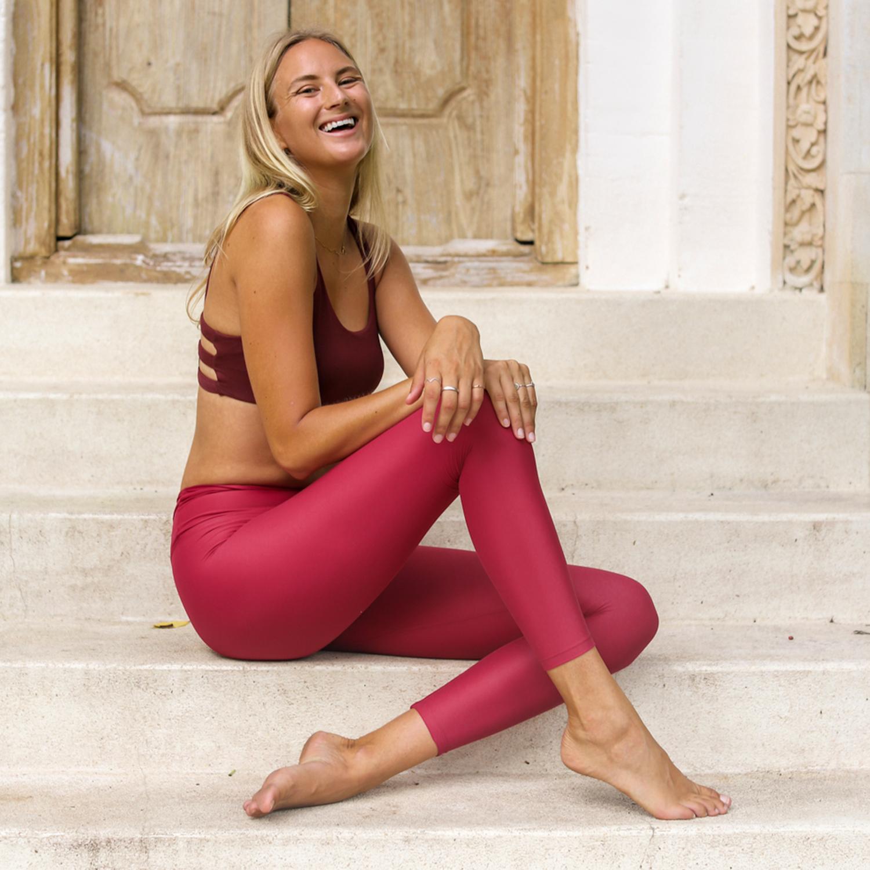 OM STINA LÖNNKVIST - Stina, eller Stinza som hon kallas på sociala medier, är en modern yogi som jobbar på att leva livet fullt ut. Stinas klasser är både stämningsfulla och lättsamma, med den perfekta balansen mellan energigivande flow och grundande närvaro.Med en master i business samt erfarenhet som varumärkeskonsult och entreprenör, är Stina välbekant med kontrasterna i livet - och förespråkar att man inte måste välja ett fack eller en nisch utan får vara mångfacetterad. Du kan meditera med Stina i Spotify med Studio Stinza, lyssna på hennes podd Give a Fuck, läsa bloggen stinza.com eller flowa med DJ/yoga-konceptet Deep OM på festivaler och event i sommar.
