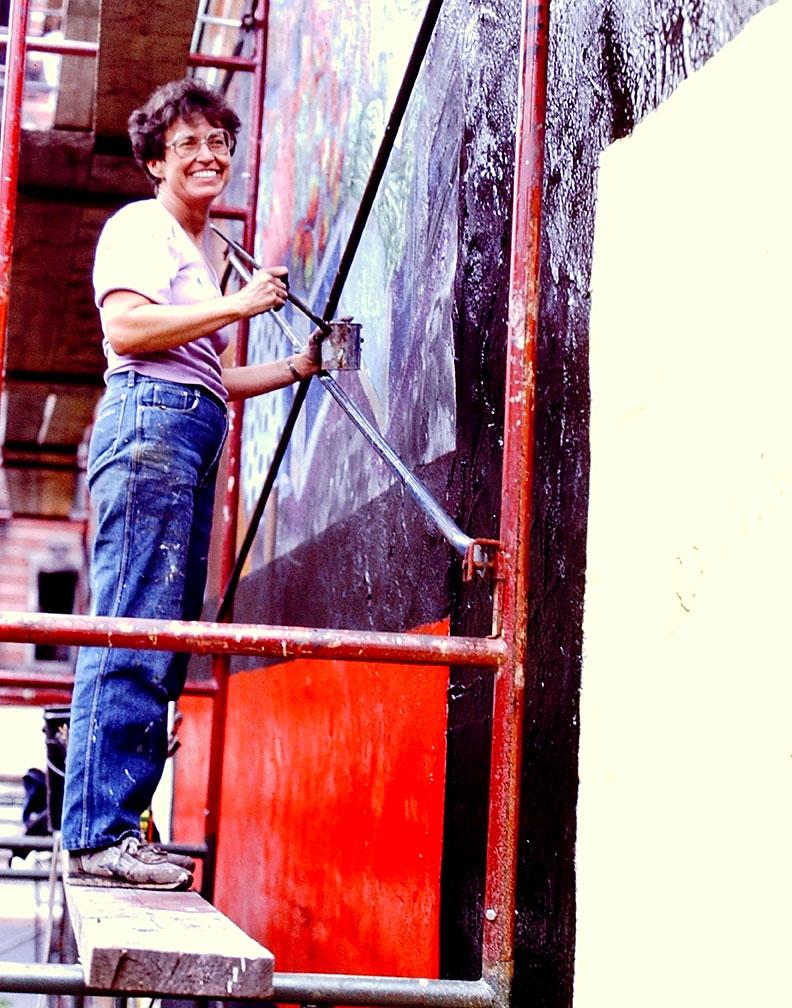 Eva Cockcroft, working on  La Lucha Continua  collective mural   Photo © Camille Perrottet