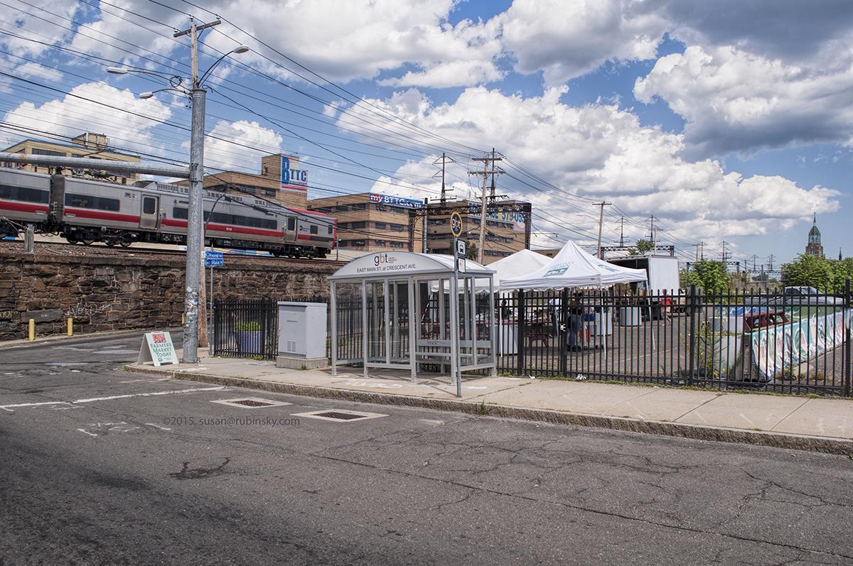 Resguardo de GBT en East Main St y Crescent Ave., próximo al mercado agrícola del vecindario East Side.