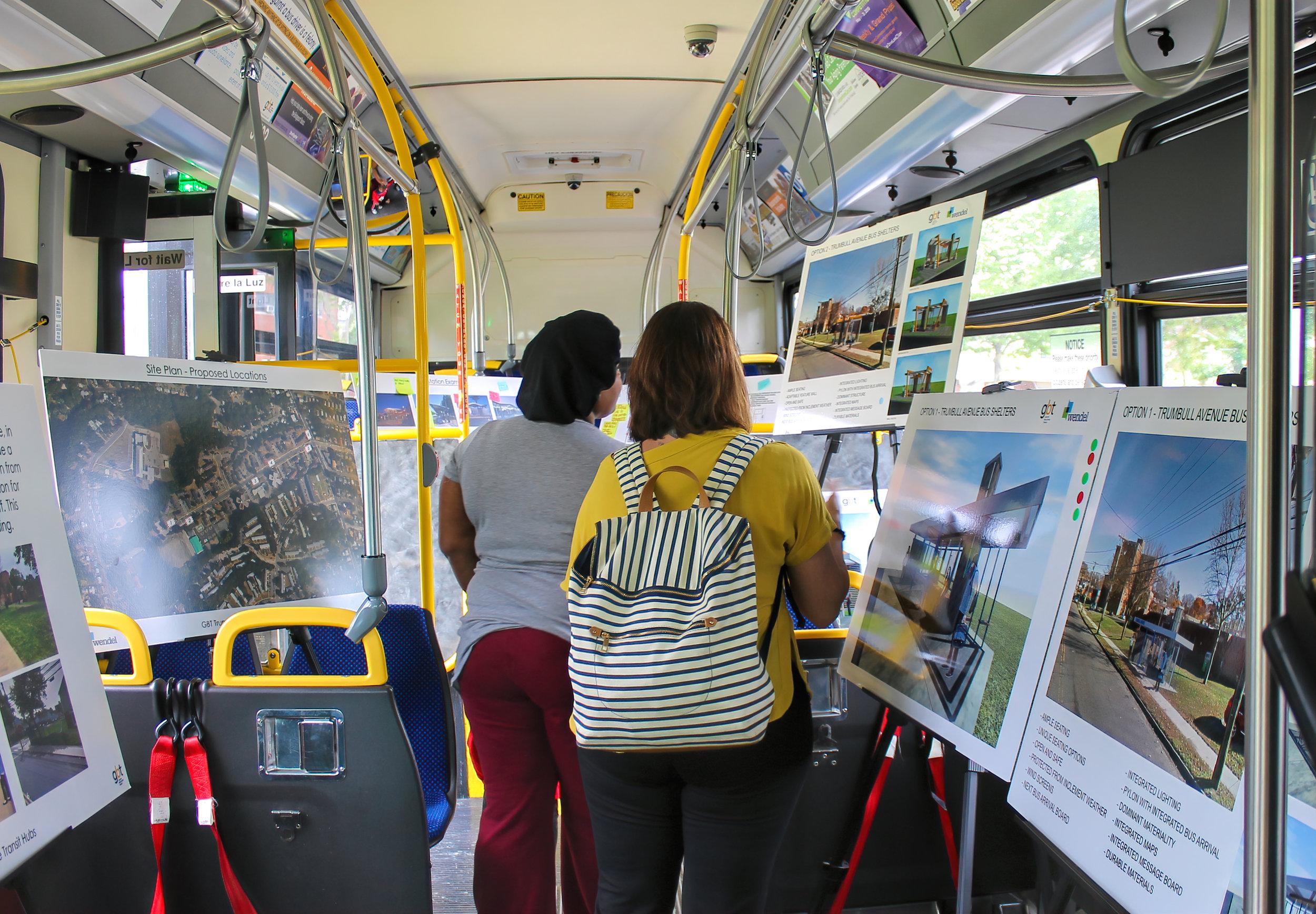 Contacto con el público en un autobús de GBT en Trumbull Gardens.