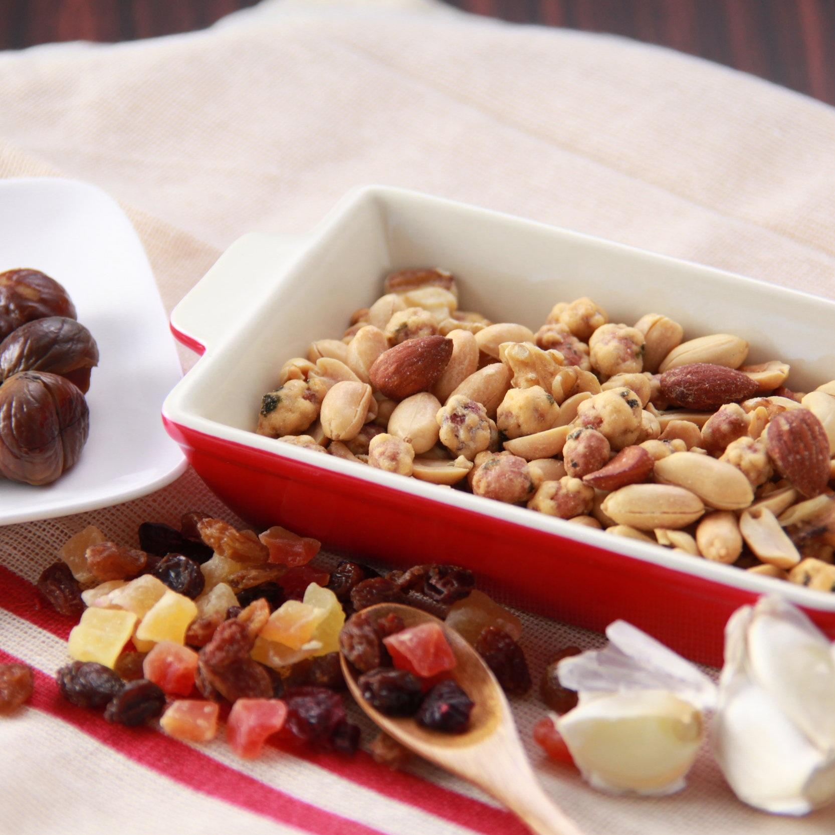 木の実・ドライフルーツ製品 - 江戸屋のコンセプトの1つに、世界の美味しい珍味を日本全国にお届けするということがあります。まさに、木の実・ドライフルーツ類はその典型です。主に海外での生産量が多いものを、お客様にお買い求めいただきやすい価格でお届けしています。もちろん、味や品質・安全面にもこだわっており、甘栗などは、弊社のスタッフが現地の工場に何度も足を運び、細かなところまでチェックしています。