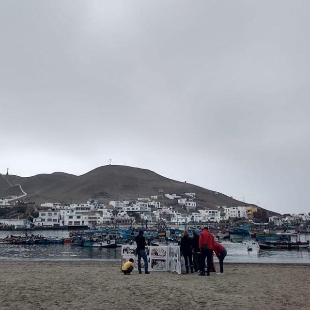 Hoy es el cierre del Festival Extramuros, estamos en el malecón de Pucusana, compartiendo con los vecinas y vecinas del distrito la muestra fotográfica de Santiago Carrillo.