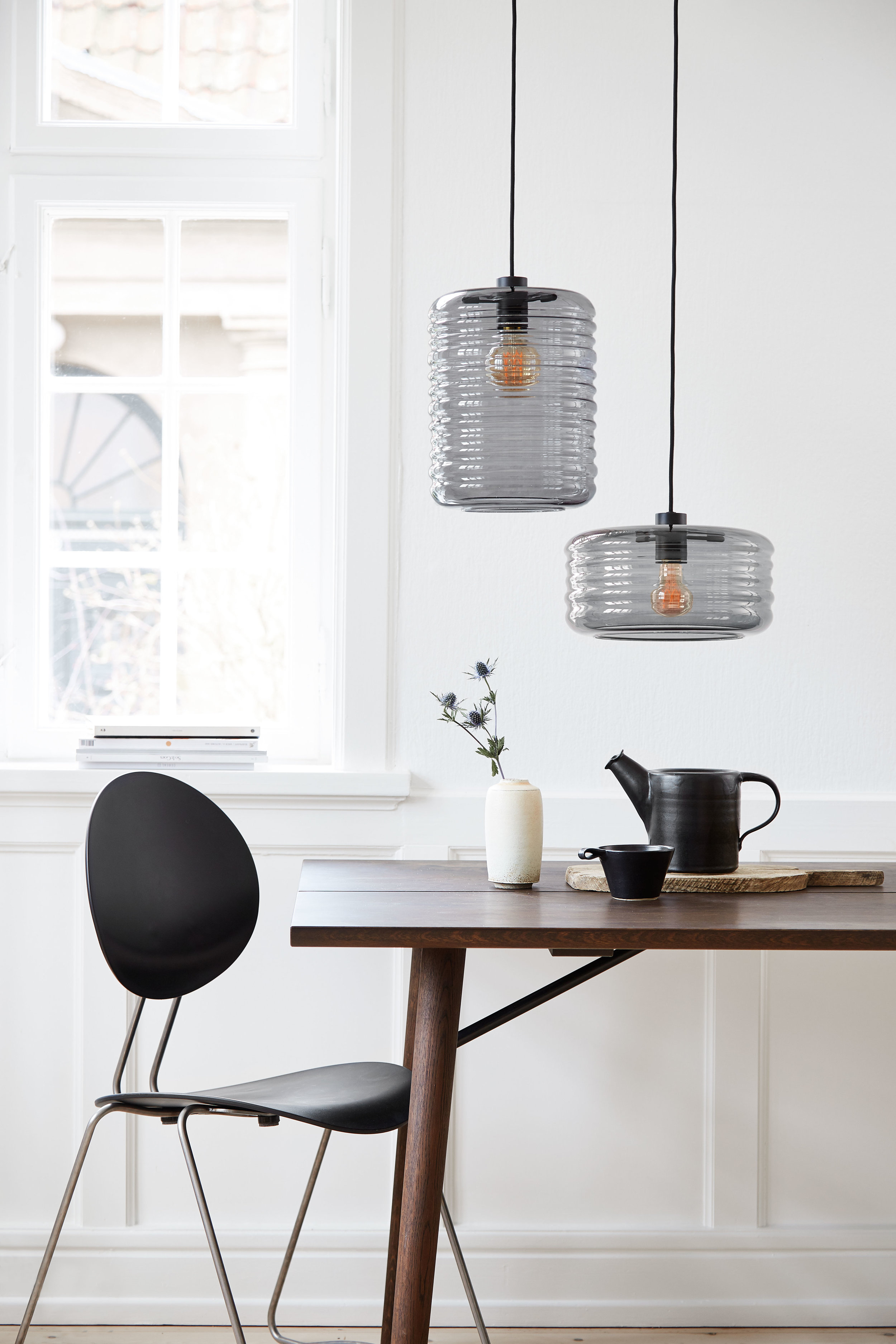 Coloured glass, one of this year's strongest trends, strikes a lovely, slightly solemn atmosphere in the home. The new Wheels lamp series from Frandsen Retail is no exception, bringing light and warmth into the home with its smoked glass shades.