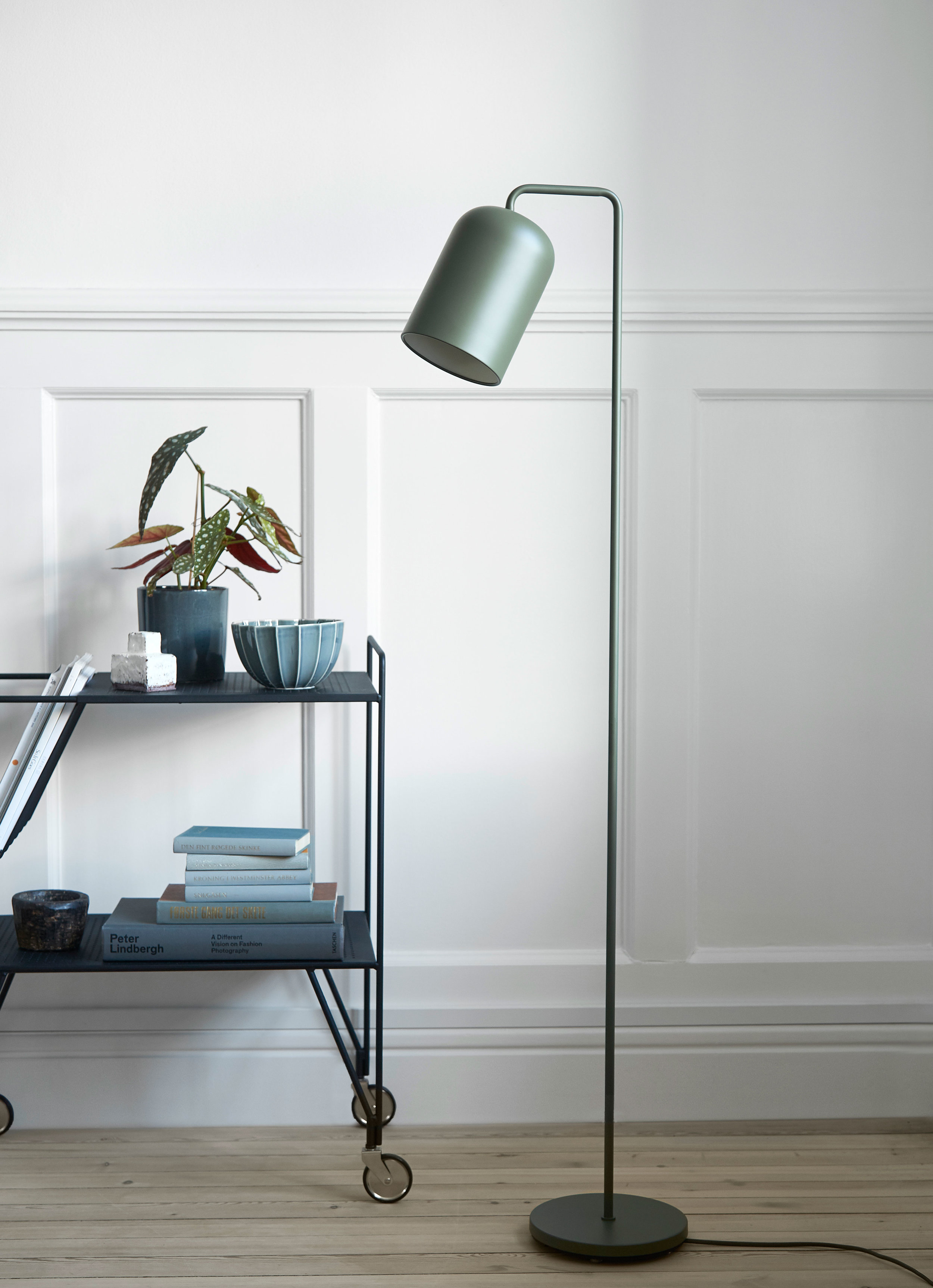 Metal floor lamp with fabric cord. Dimensions: H145 cm | ø14 cm Variants: Black | Green | Chrome    MORE
