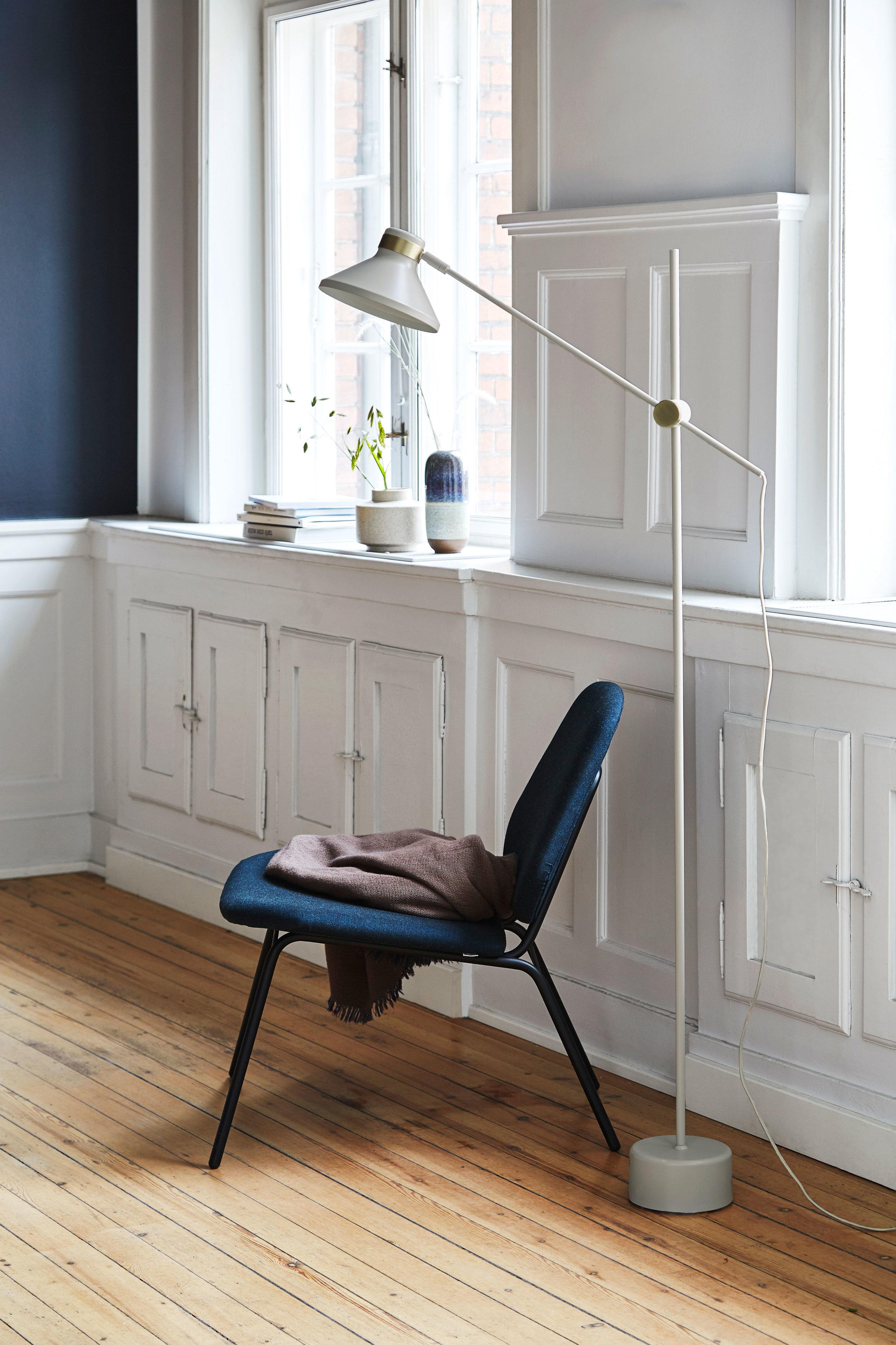Floor lamp with fabric cord.. Dimensions: H140 cm | Shade: ø19 cm Variants: Black | Taupe | Dark Blue Designer: Frandsen Design Studio    MORE