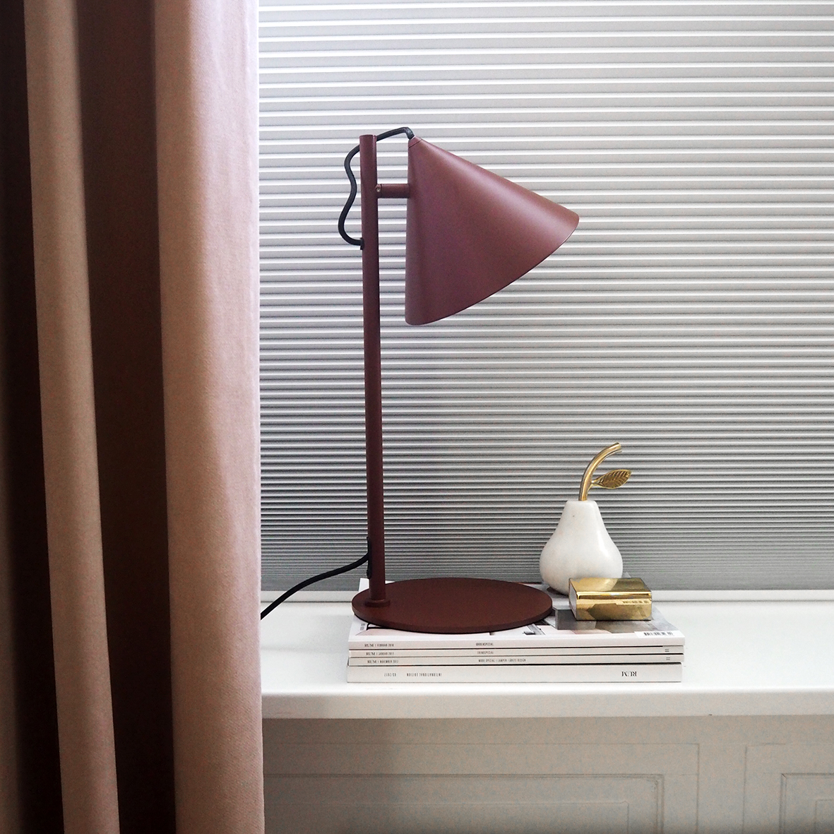 Benjamin table lamp dust red matt - lifestyle HM 2493.jpg