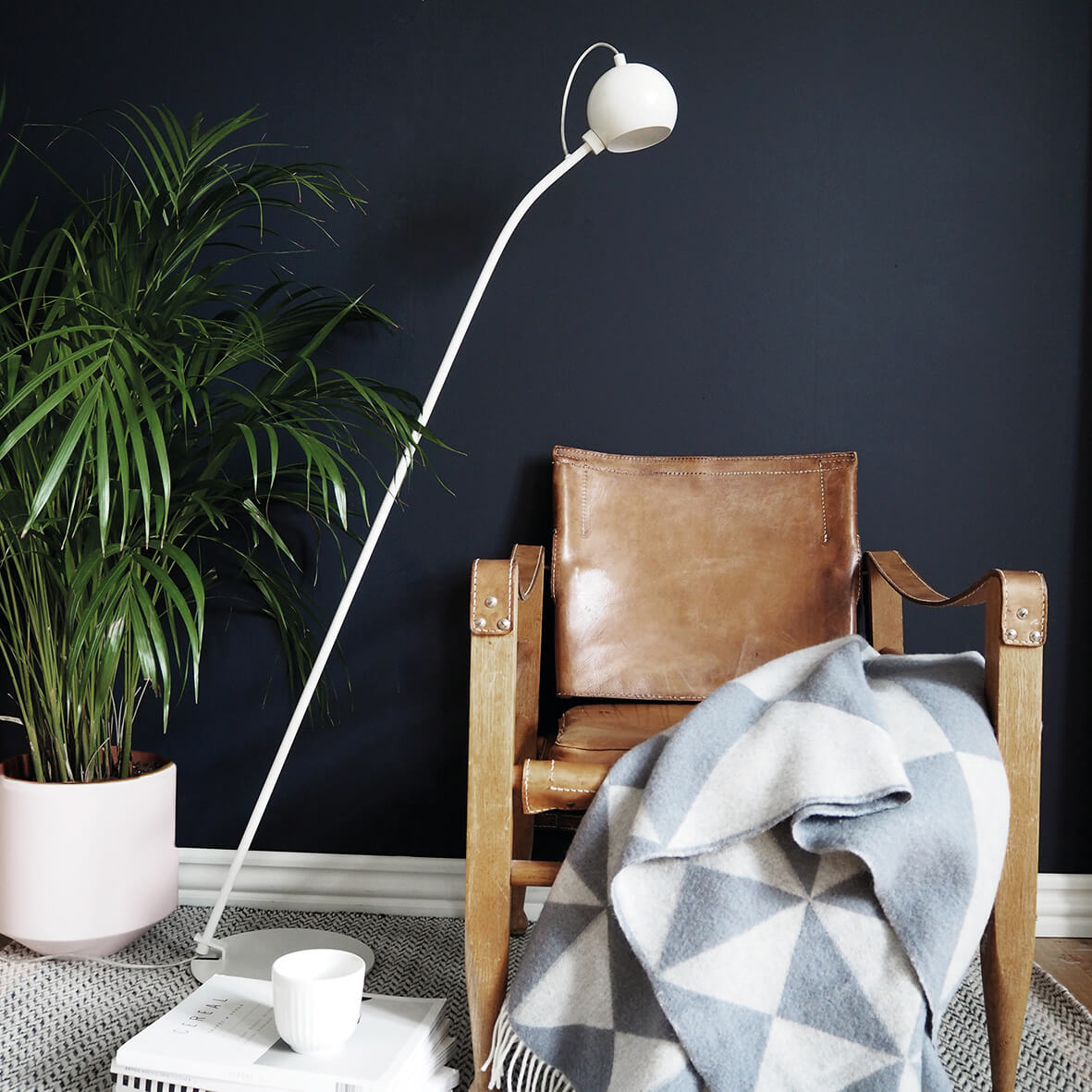 Ball floor lamp white matt - lifestyle HM 3070.jpg