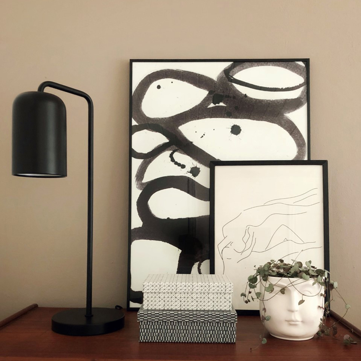 Chill table lamp black matt - lifestyle LOB 2303.jpg