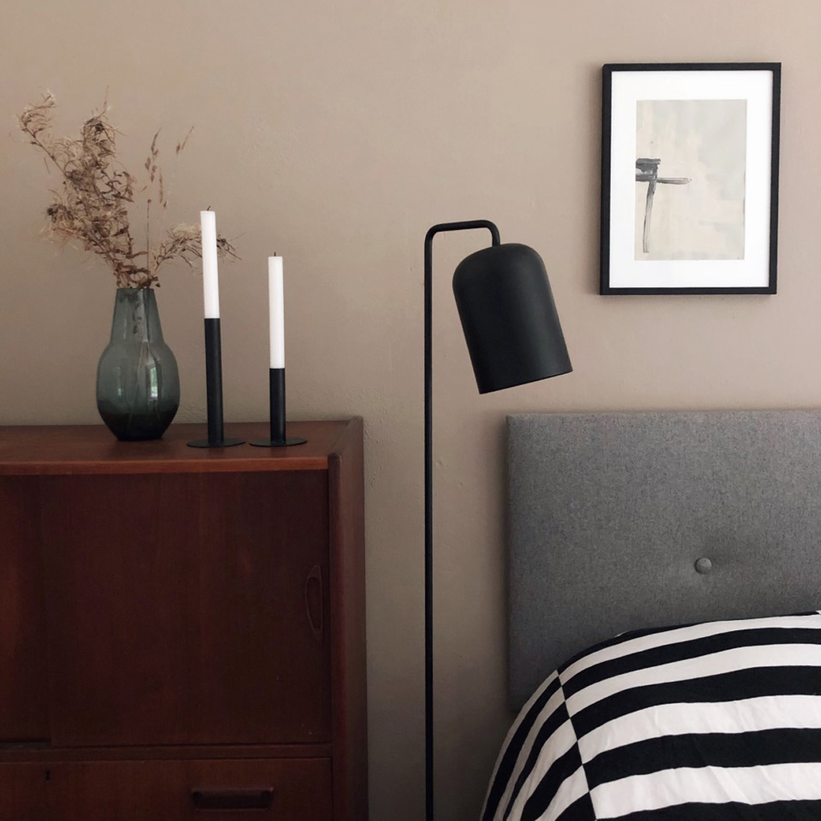 Chill floor lamp black matt - lifestyle LOB 3303.jpg