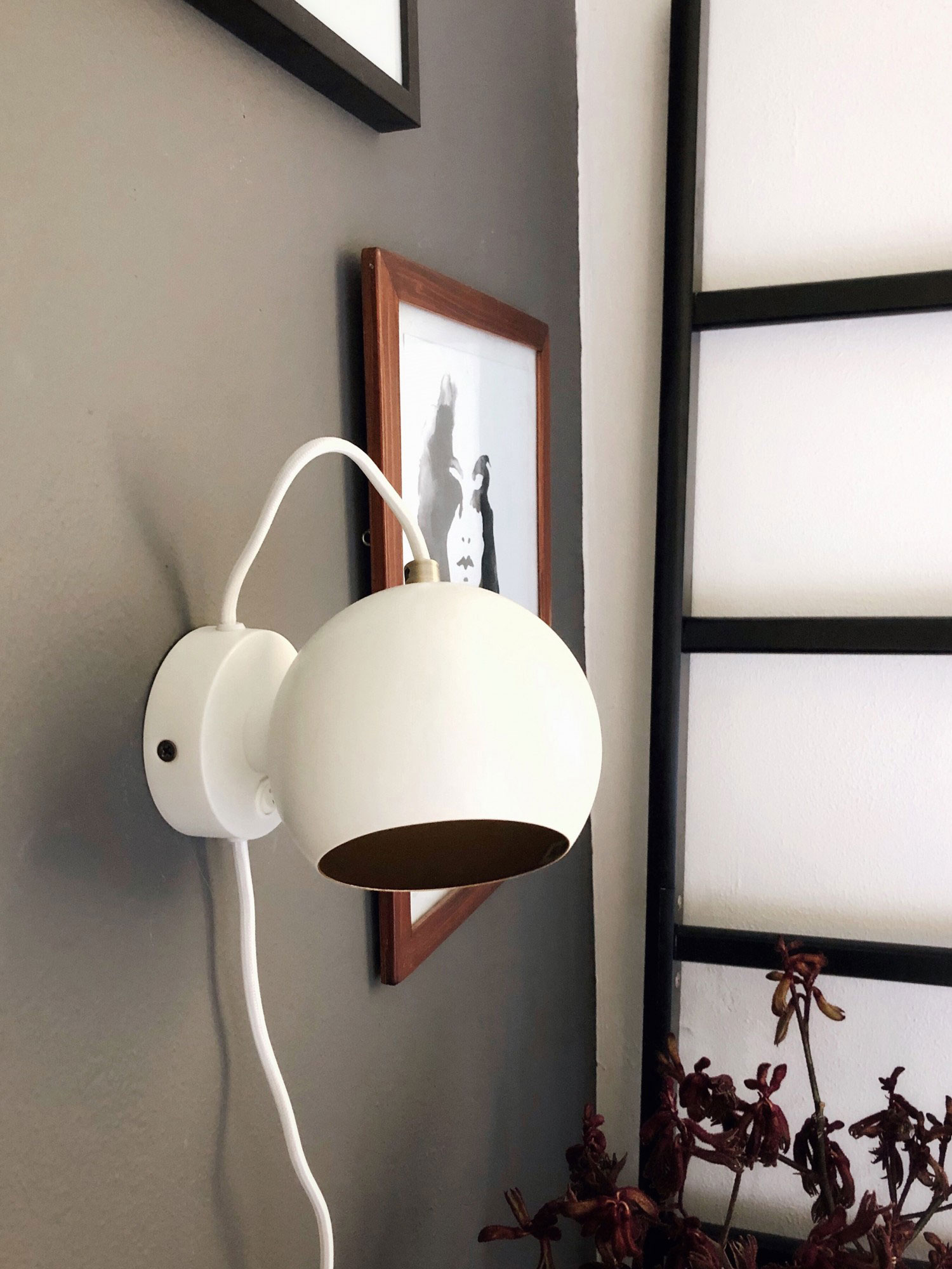 Ball-wall-lamp-anniversary-white-matt---lifestyle-LOB-4355_V4.jpg