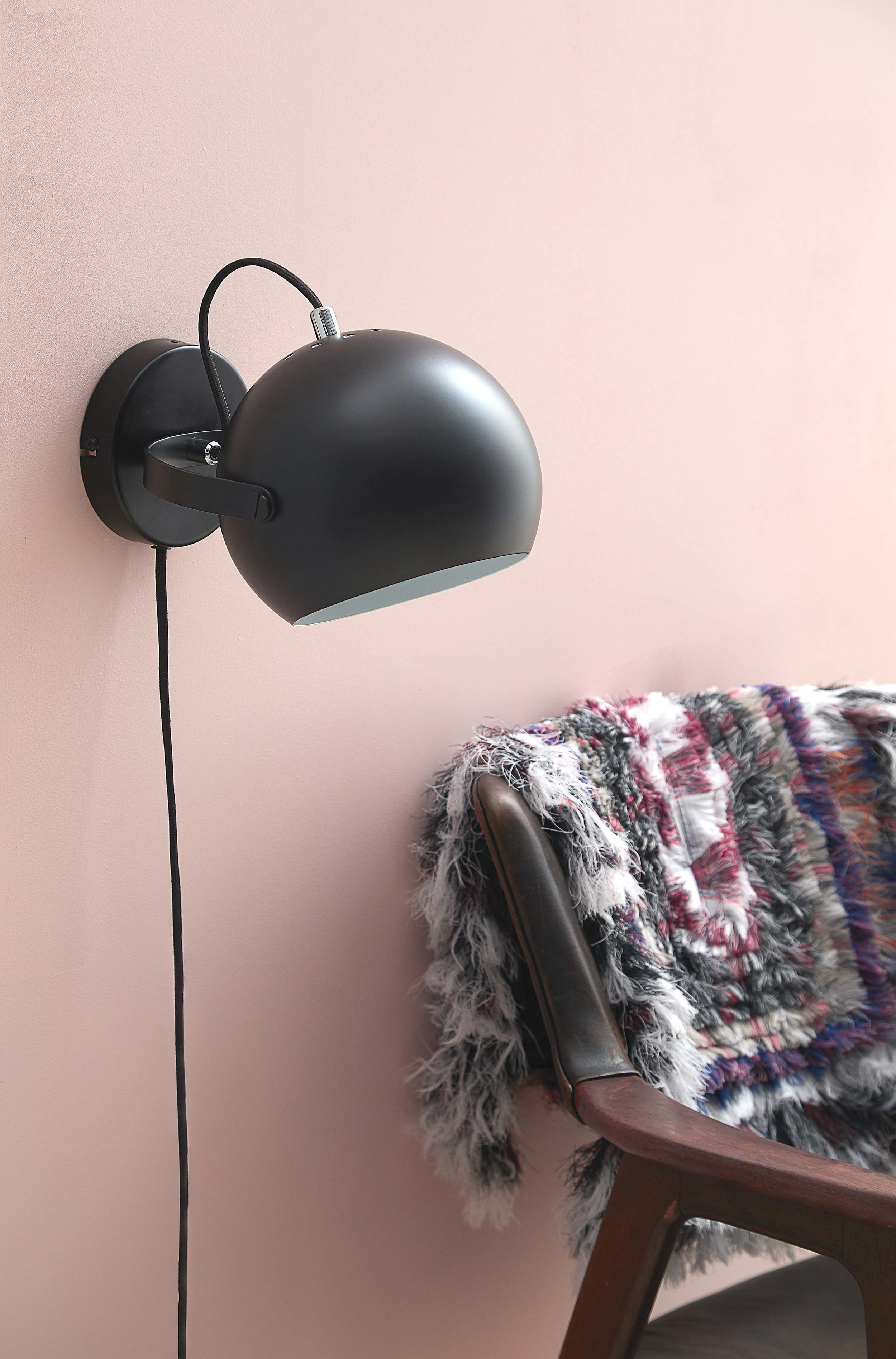 Ball-with-handle-wall-lamp-black-matt---lifestyle-Studio-Horsens-4354.jpg