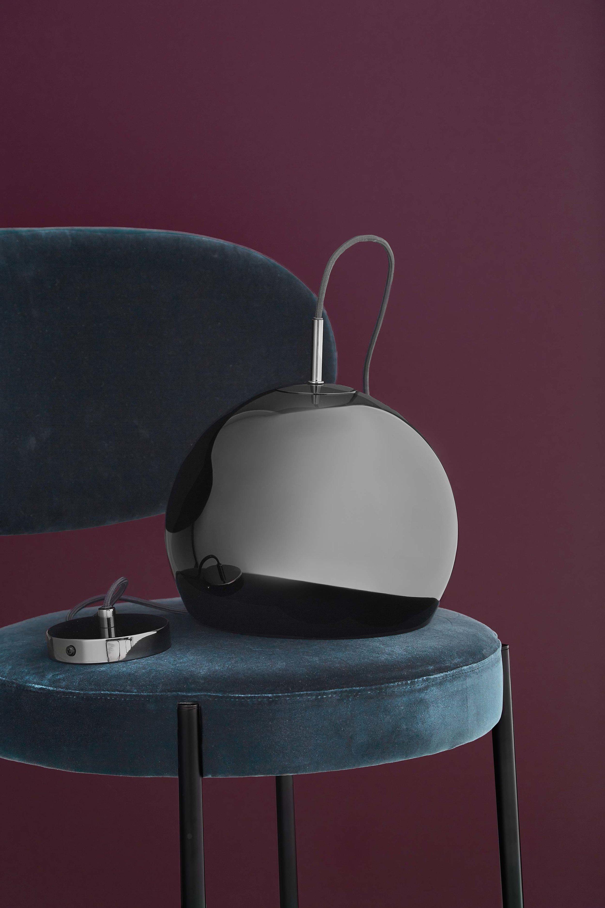 Ball-pendant-25-cm-black-chome-glossy---lifestyle-studio-Horsens-1370.jpg