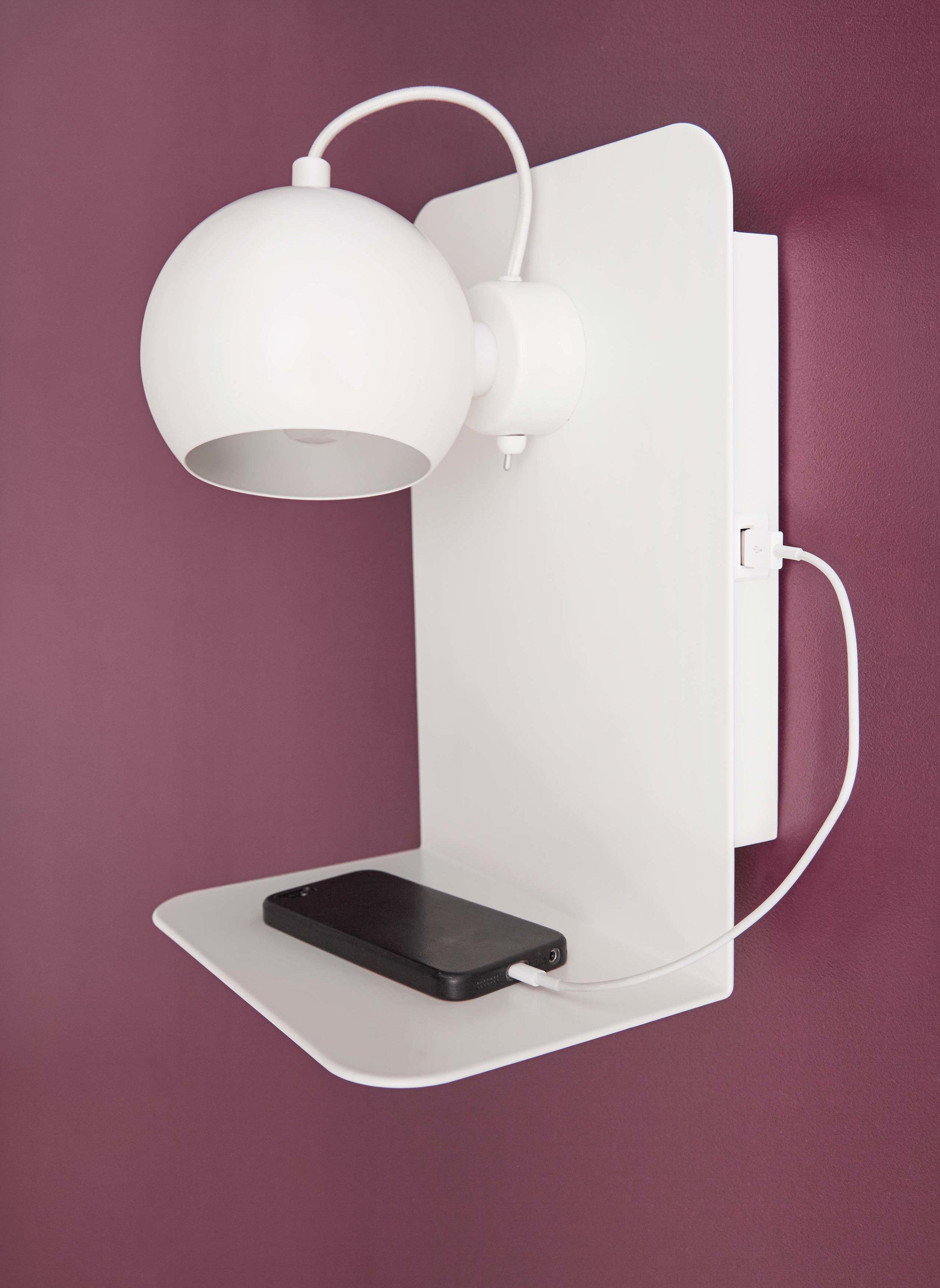 Ball-USB-wall-lamp-white-matt---lifestyle-Studio-Horsens-4016.jpg