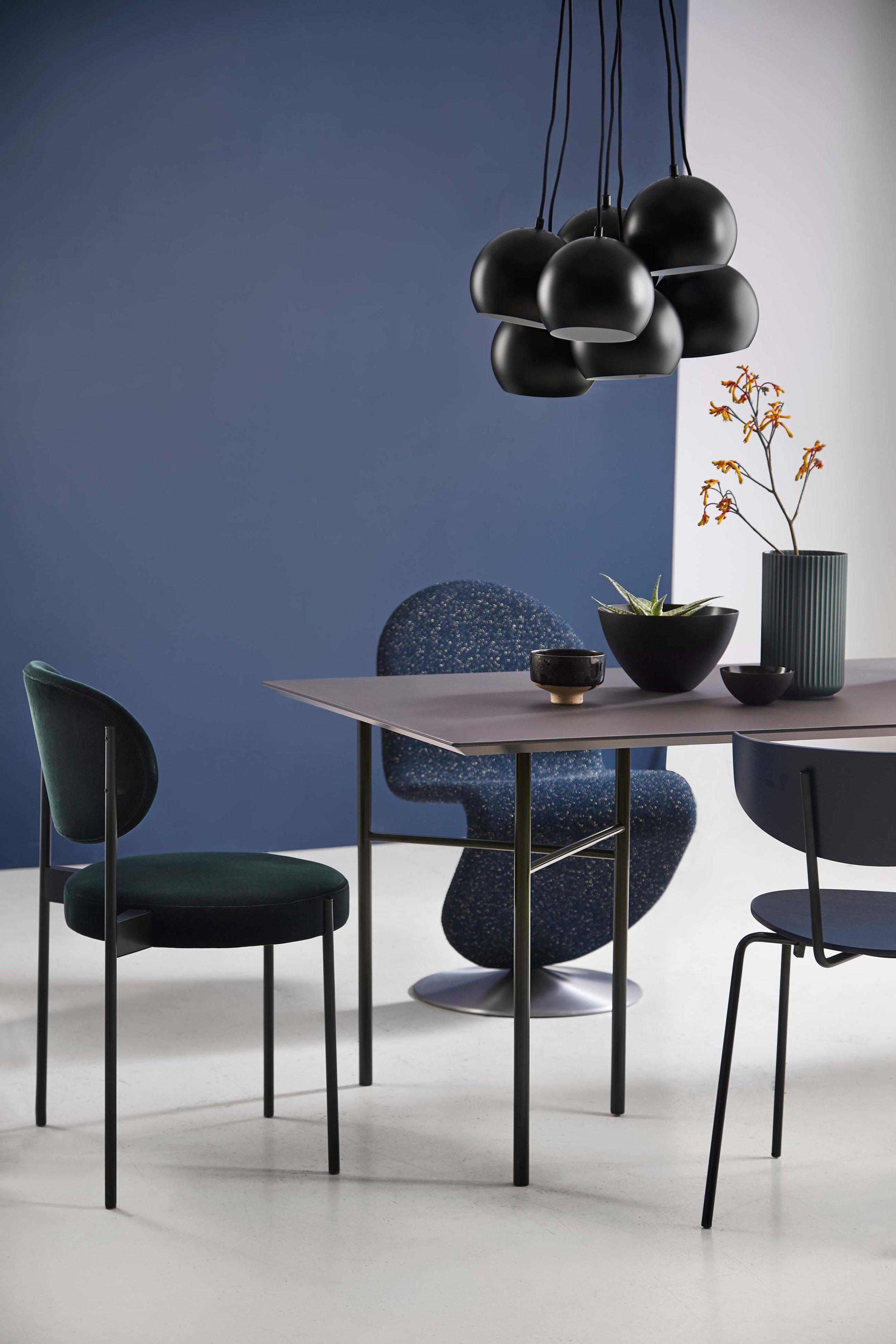 Ball-Multi-chandelier-black-matt---lifestyle-Studio-Horsens-1423.jpg