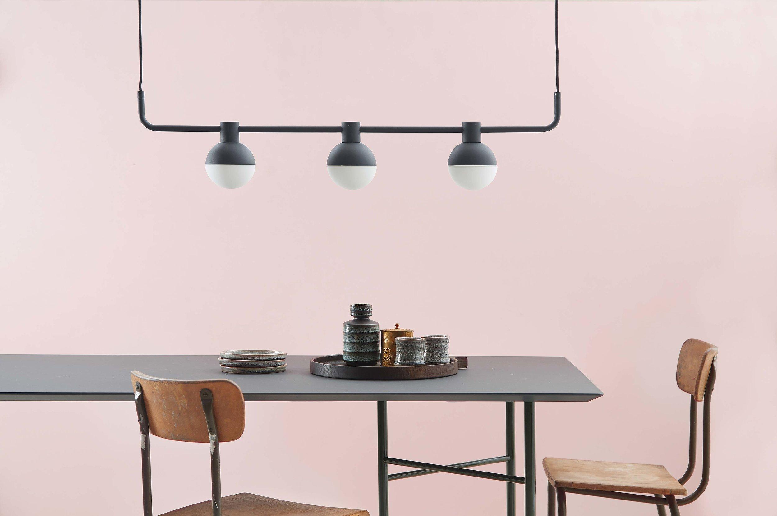Fabian-chandelier-horizontal-structure-black---lifestyle-Horsens-studio-1506.jpg