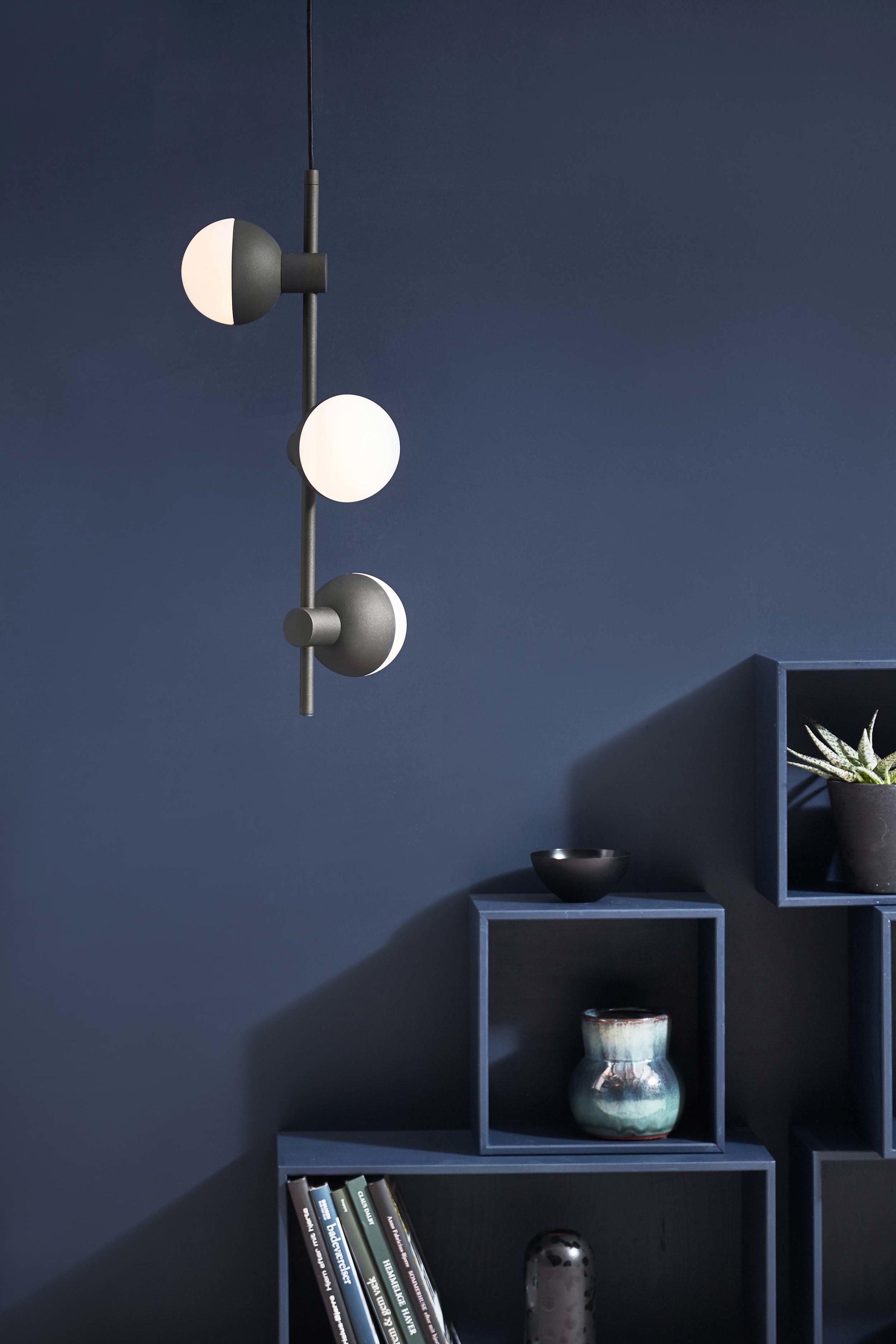 Fabian-chandelier-vertical-structure-black---lifestyle-Horsens-studio-1507.jpg