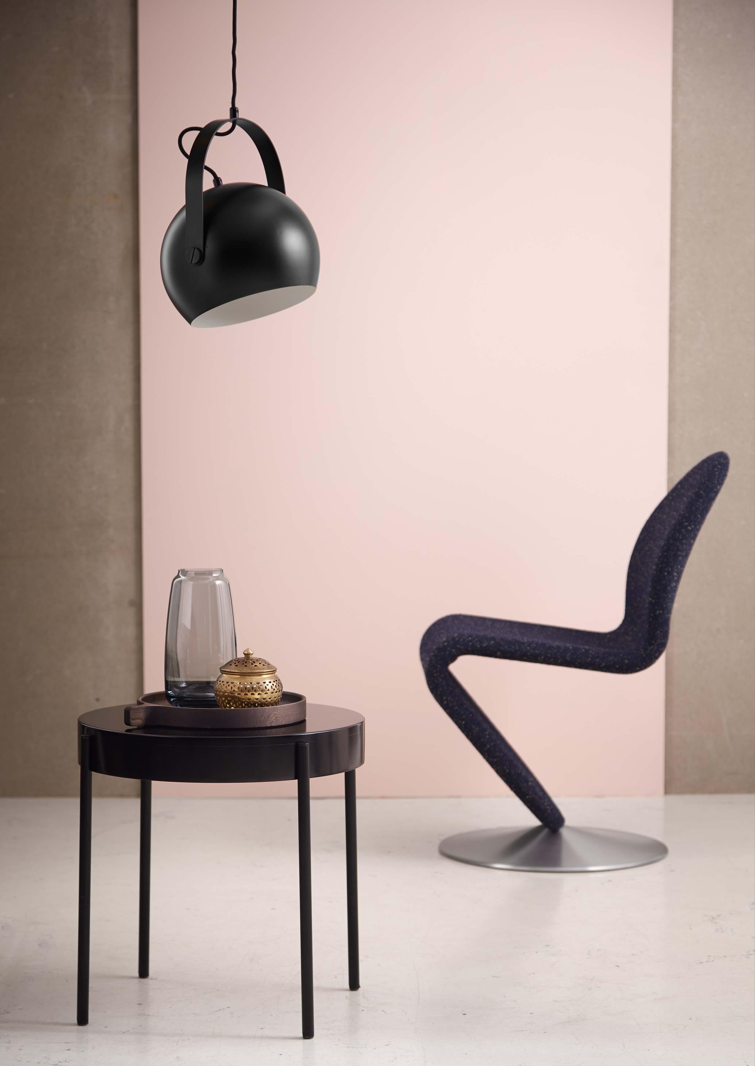 Ball-pendant-with-handle-black-matt---lifestyle-Studio-Horsens.jpg