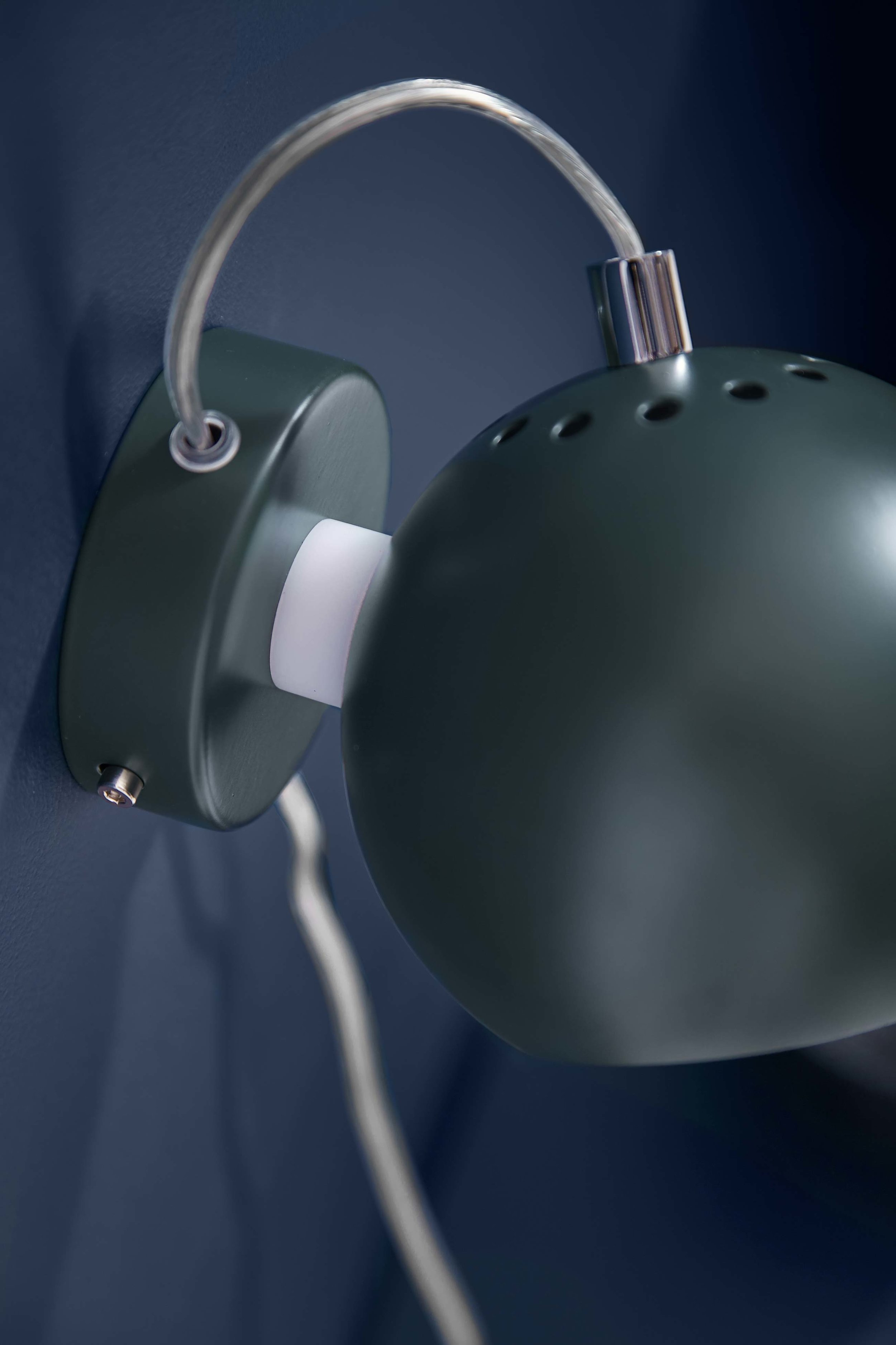 Ball-wall-lamp-dark-green-matt---lifestyle-closeup-Studio-Horsens-4750.jpg