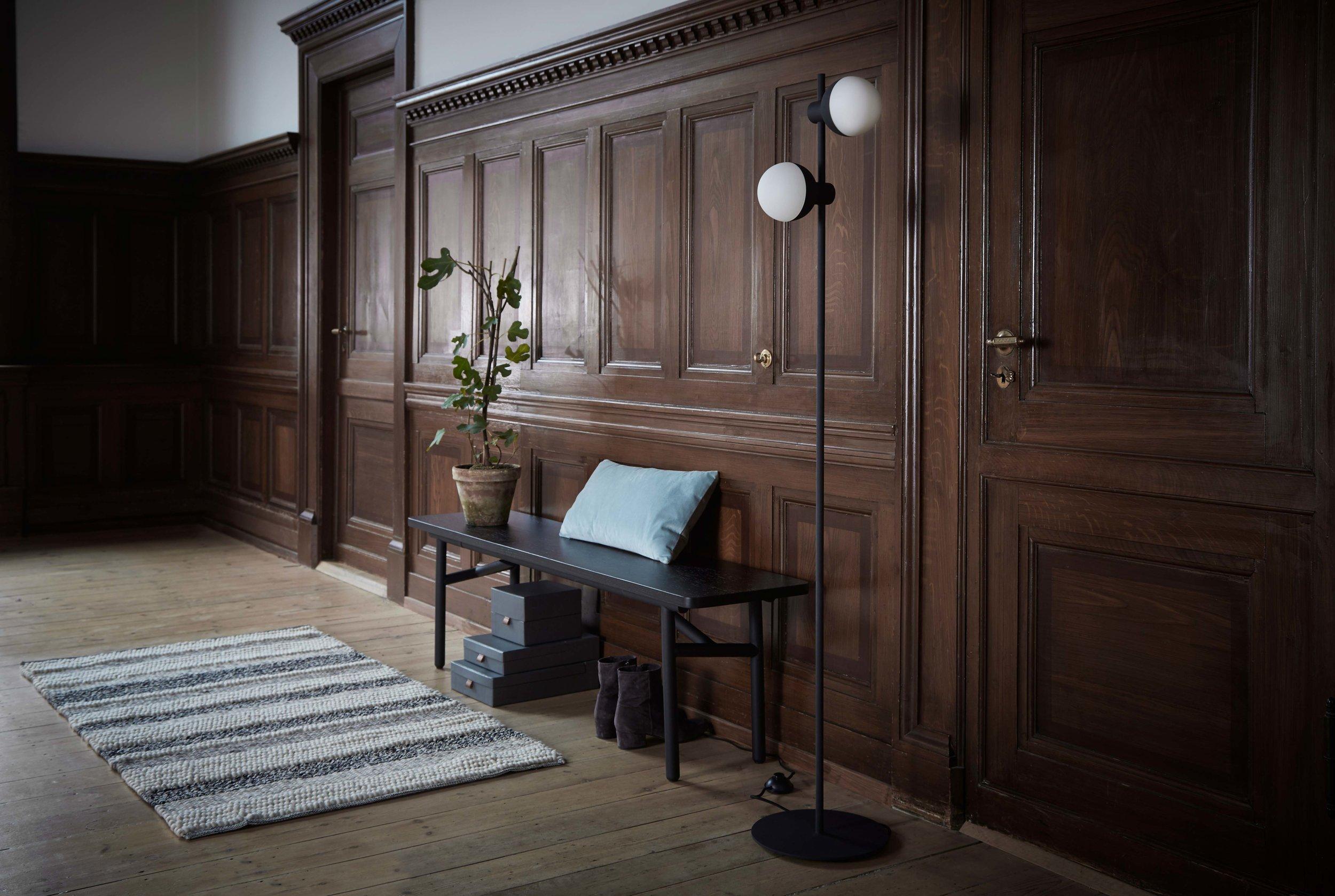 Fabian-floor-lamp-structure-black---lifestyle-Raadhusgade-3505.jpg