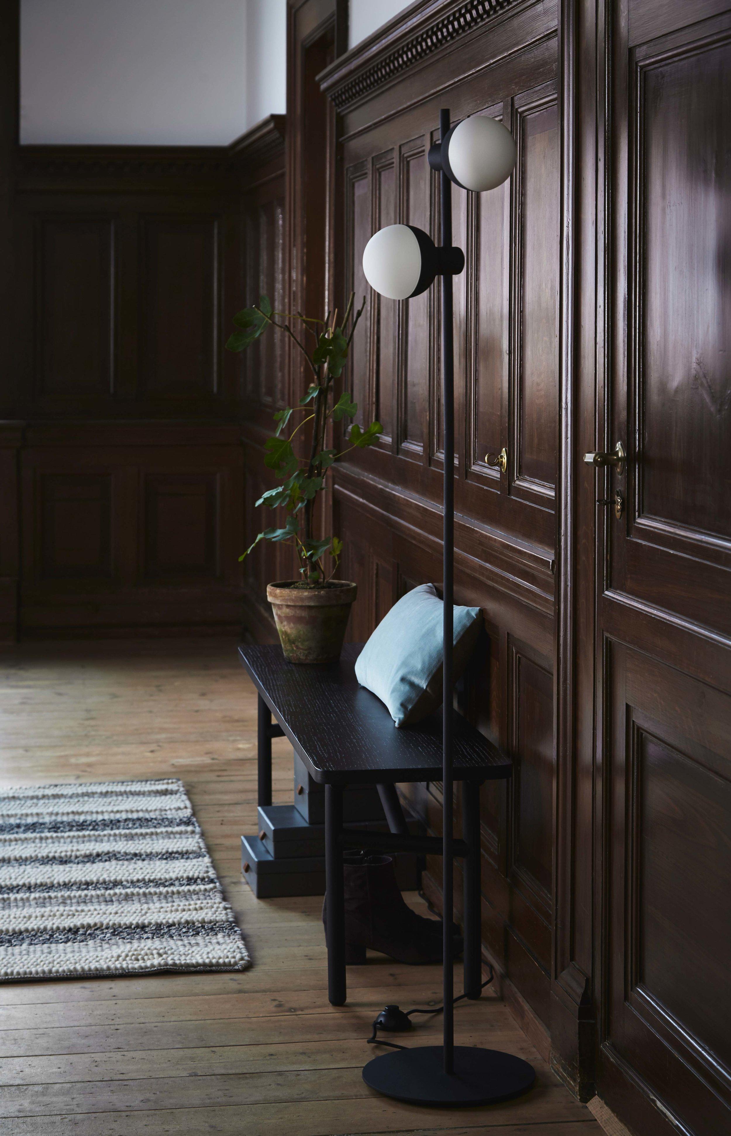 Fabian-floor-lamp-structure-black---lifestyle-Raadhusgade-3505_V1.jpg