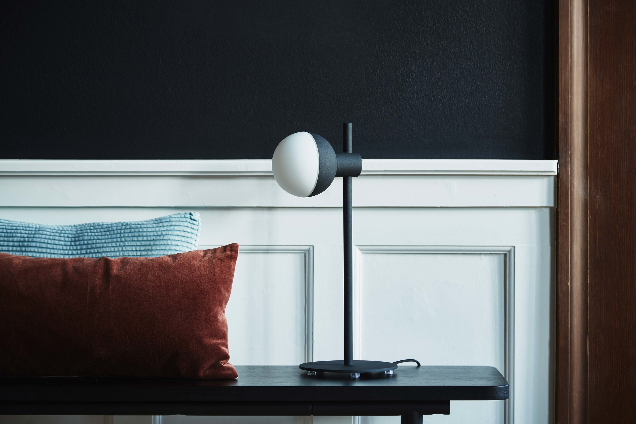 Fabian-table-lamp-structure-black---lifestyle-Raadhusgade-2505.jpg