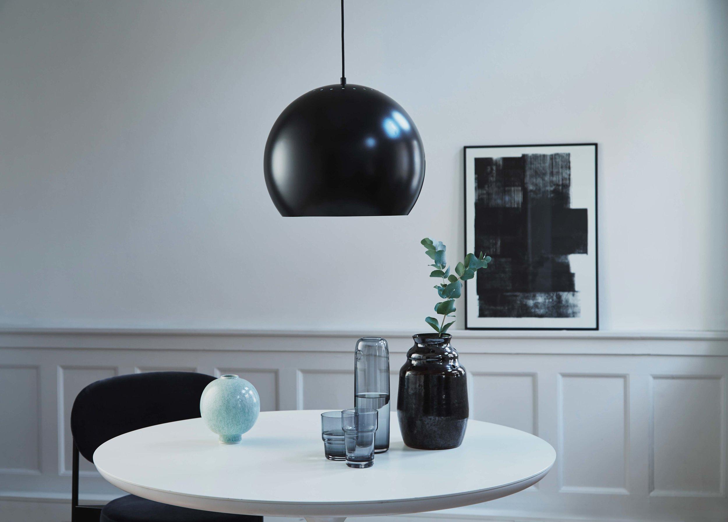 Ball-pendant-40-cm-aluminium-black-matt---lifestyle-Raadhusgade-1530.jpg