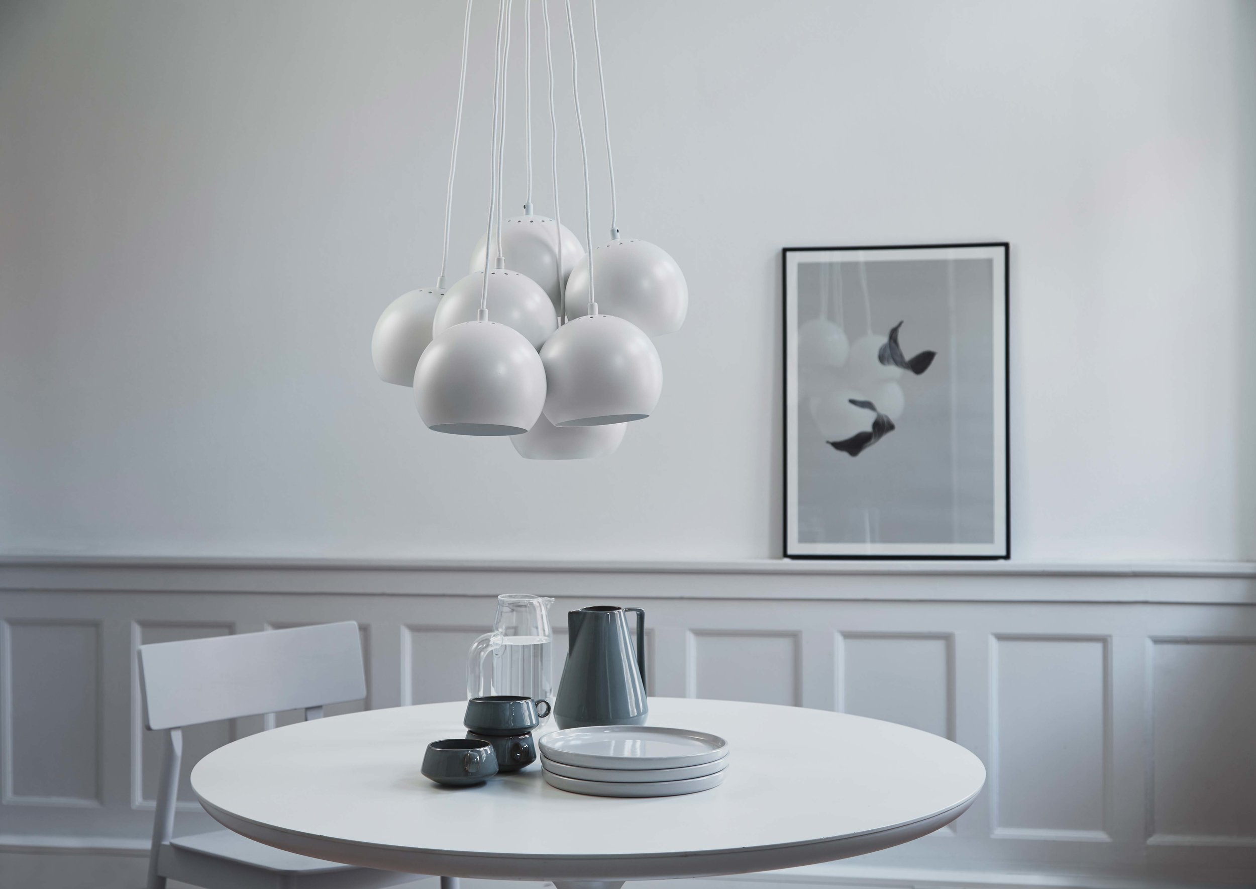 Ball-Multi-chandelier-white---lifestyle-Raadhusgade-1423.jpg