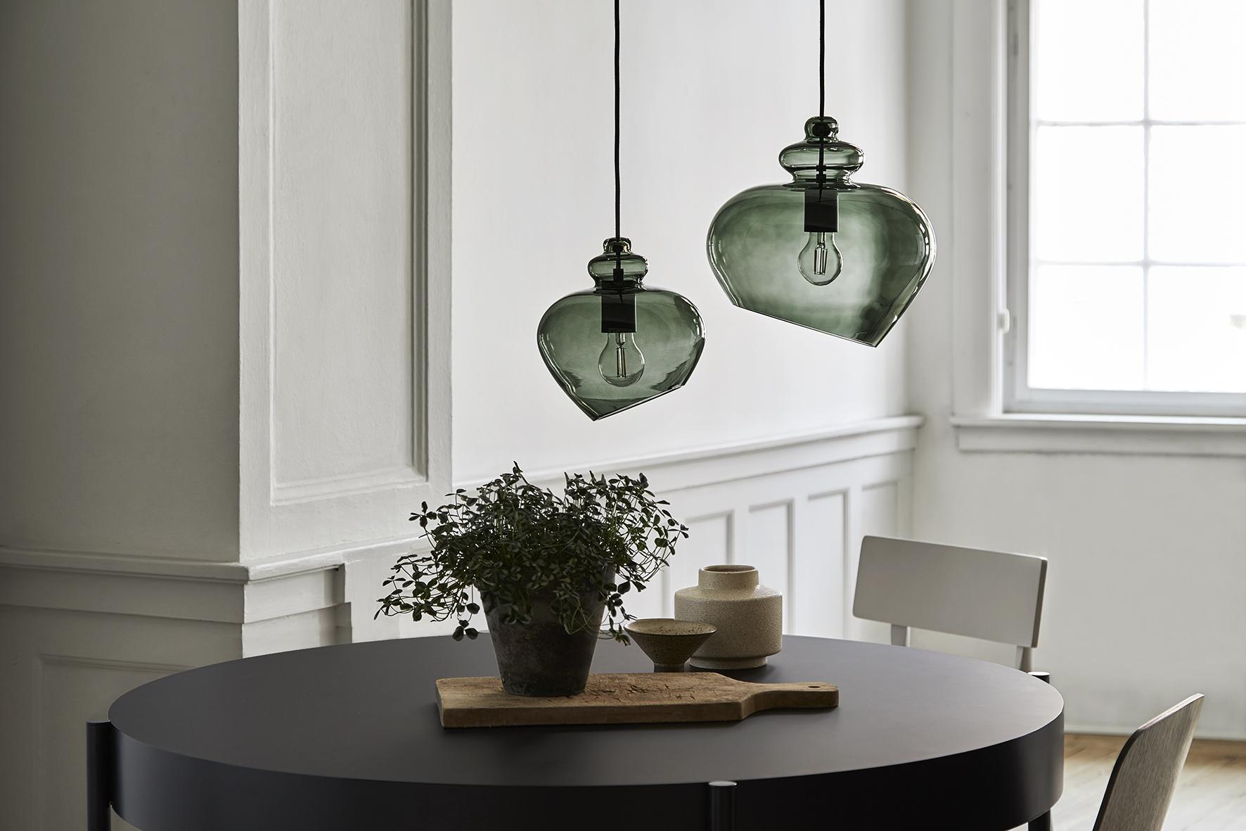 Grace pendant green glass black socket - lifestyle Raadhusgade 1172+1487.jpg
