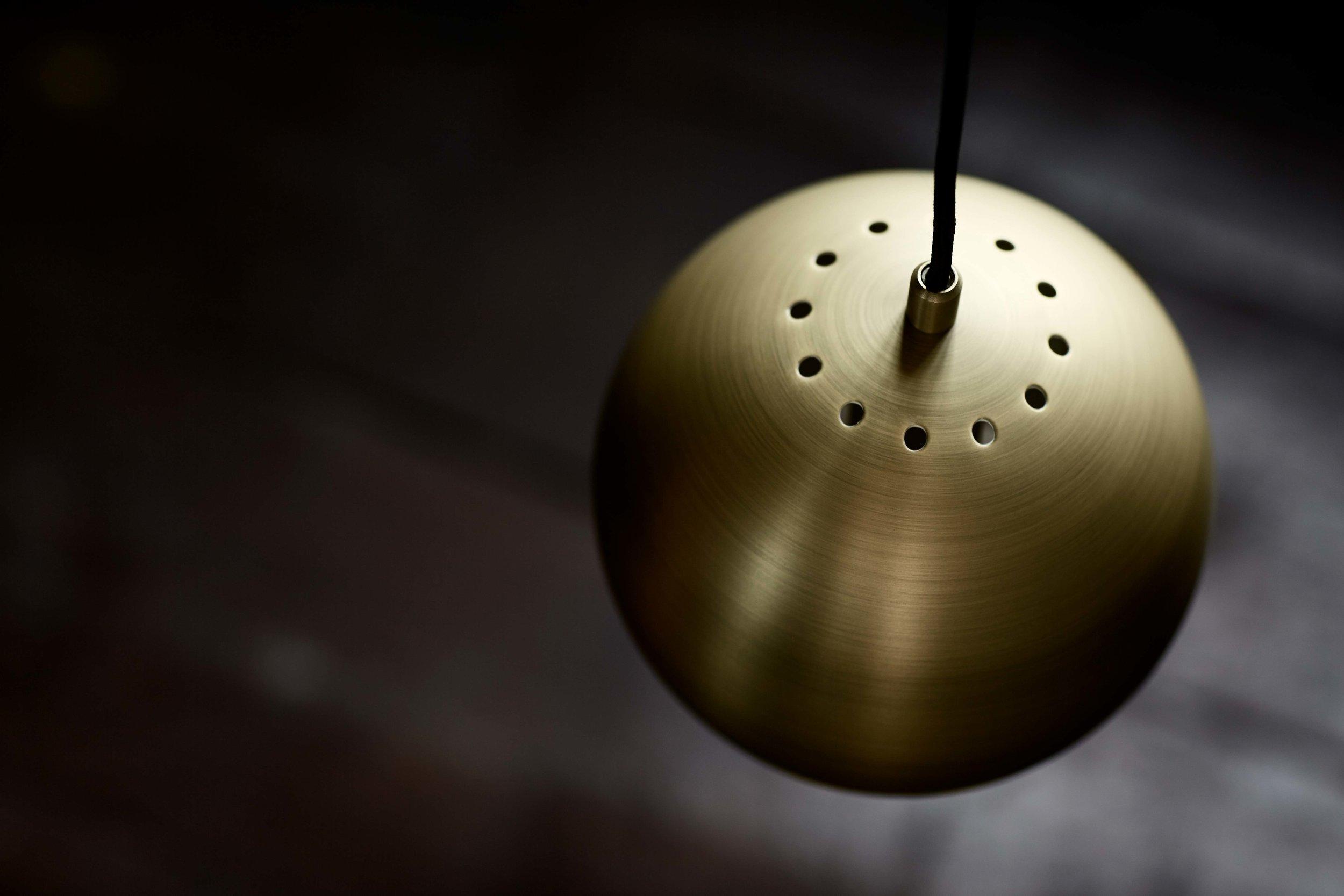 Ball-pendant-18-cm-antique-brass---Lifestyle-closeup-Randers-1115.jpg