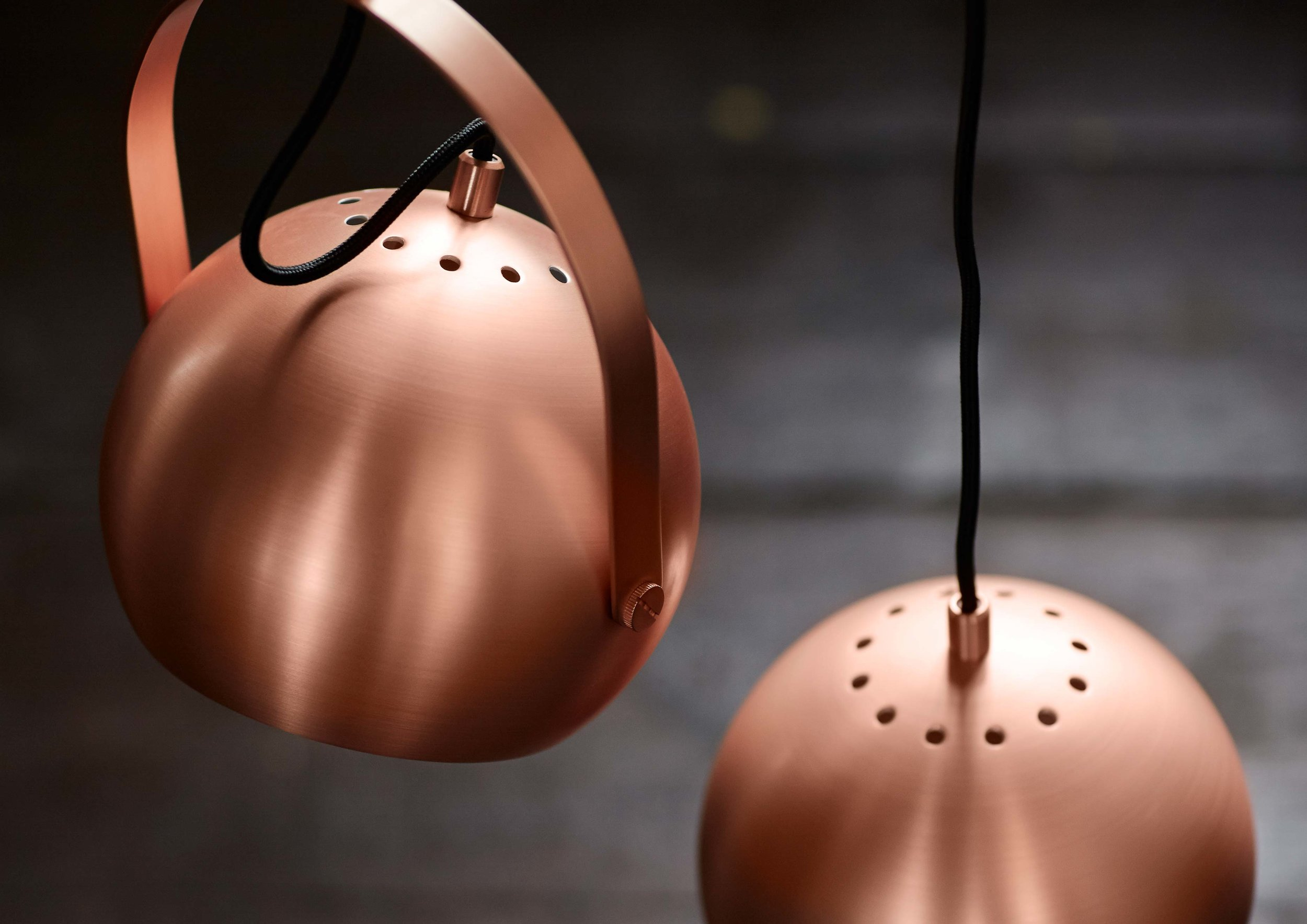 Ball-pendant-with-handle-brushed-copper---lifestyle-closeup-Arsenalgaarden.jpg