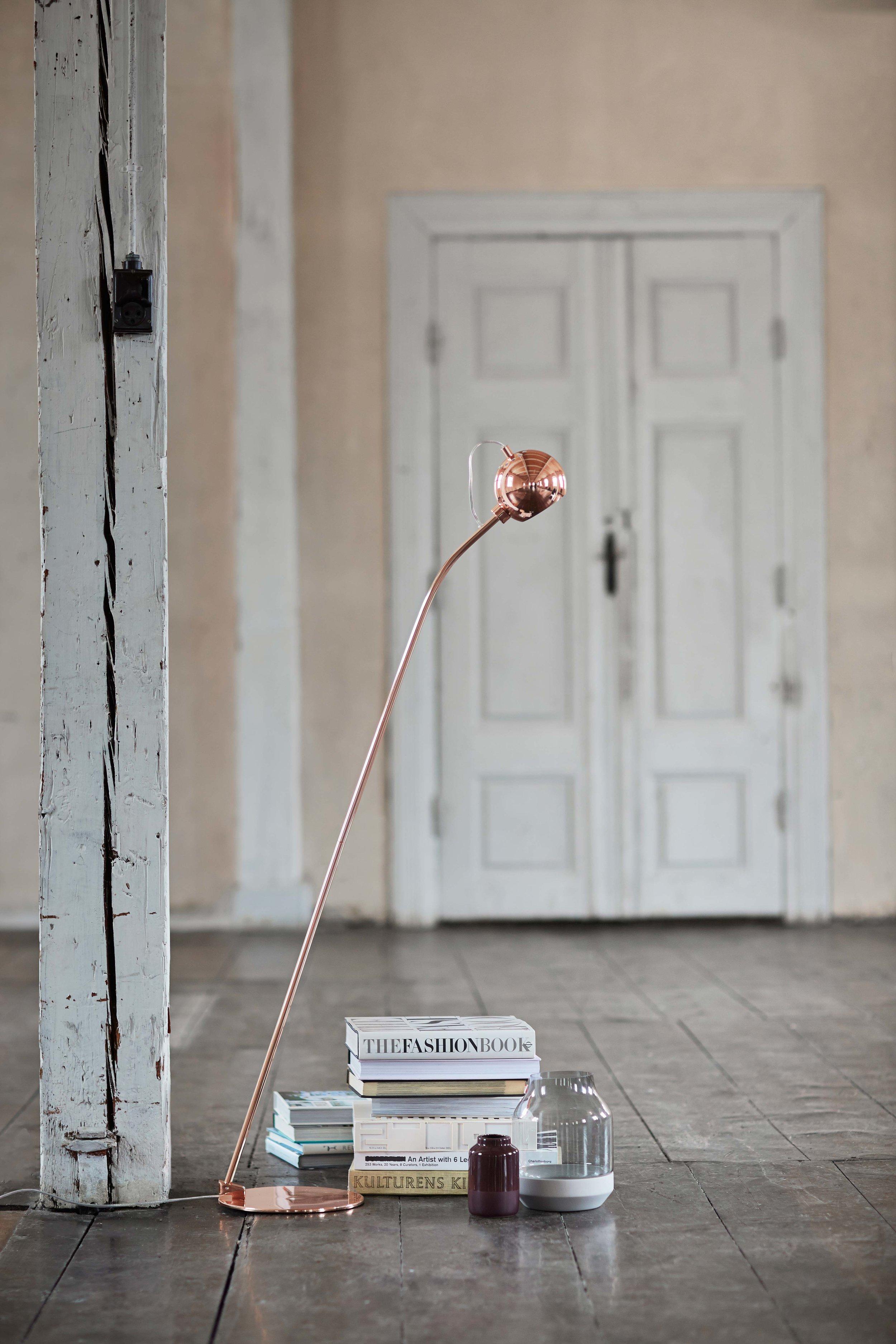 Ball-floor-lamp-copper-glossy---lifestyle-Randers-3070.jpg