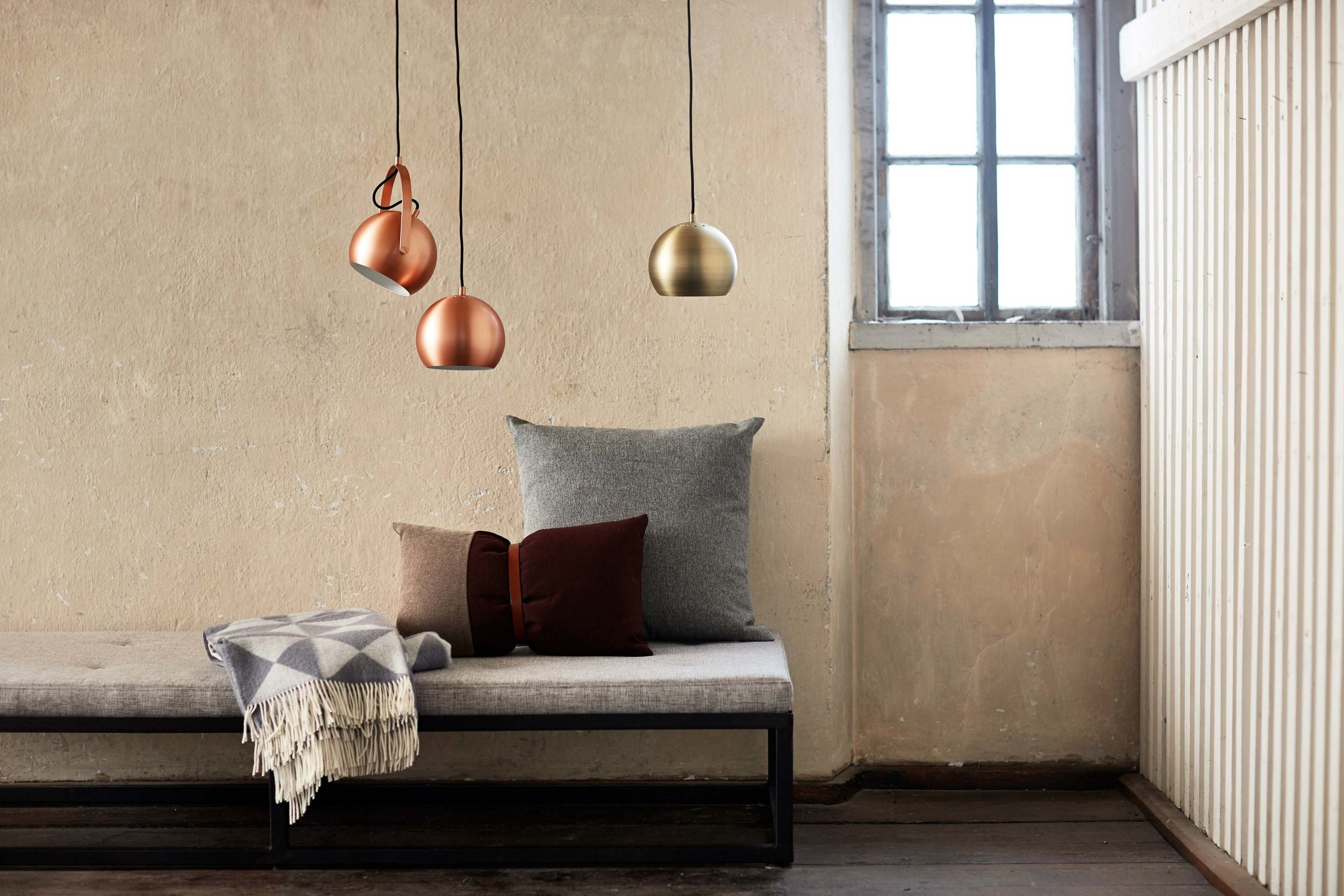 Ball-pendant-with-handle-brushed-copper-+-Ball-pendants-18-cm-antique-brass-+-brushed-copper---lifestyle-arsenalgaarden.jpg