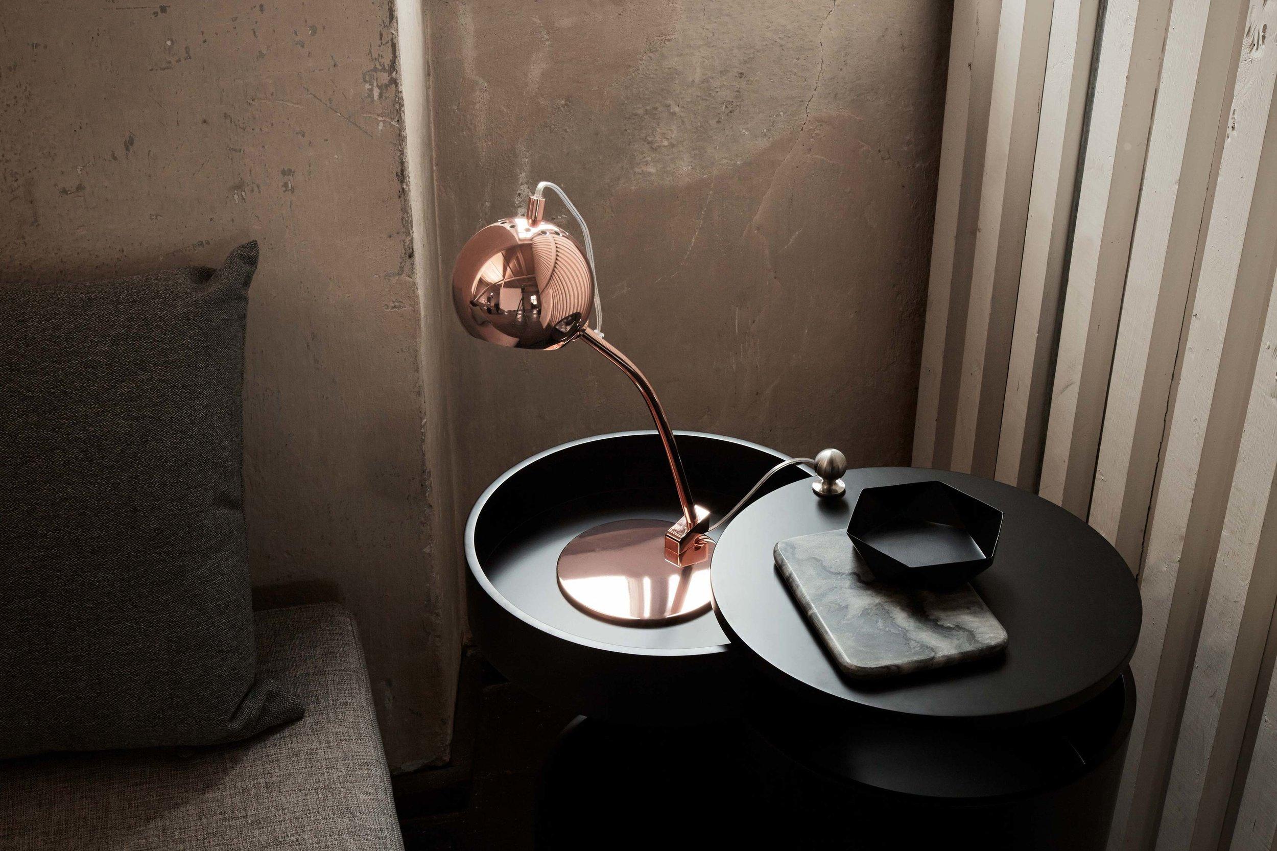 Ball-table-lamp-copper-glossy---lifestyle-Arsenalgaarden-2456.jpg