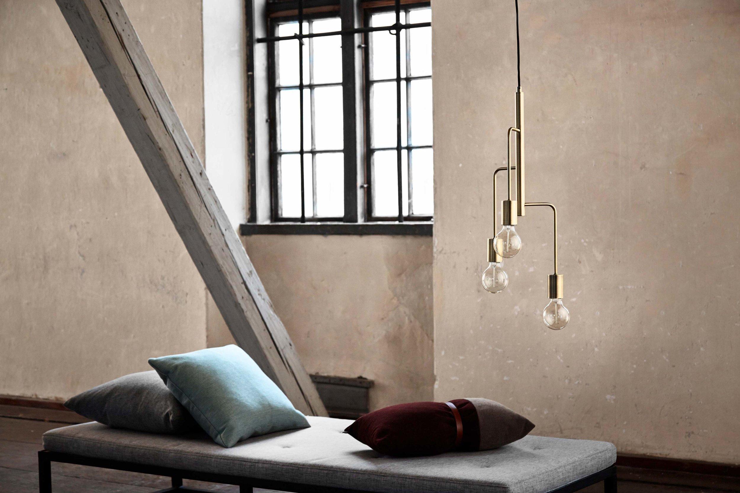 Cool-chandelier-brass---lifestyle---Randers.jpg