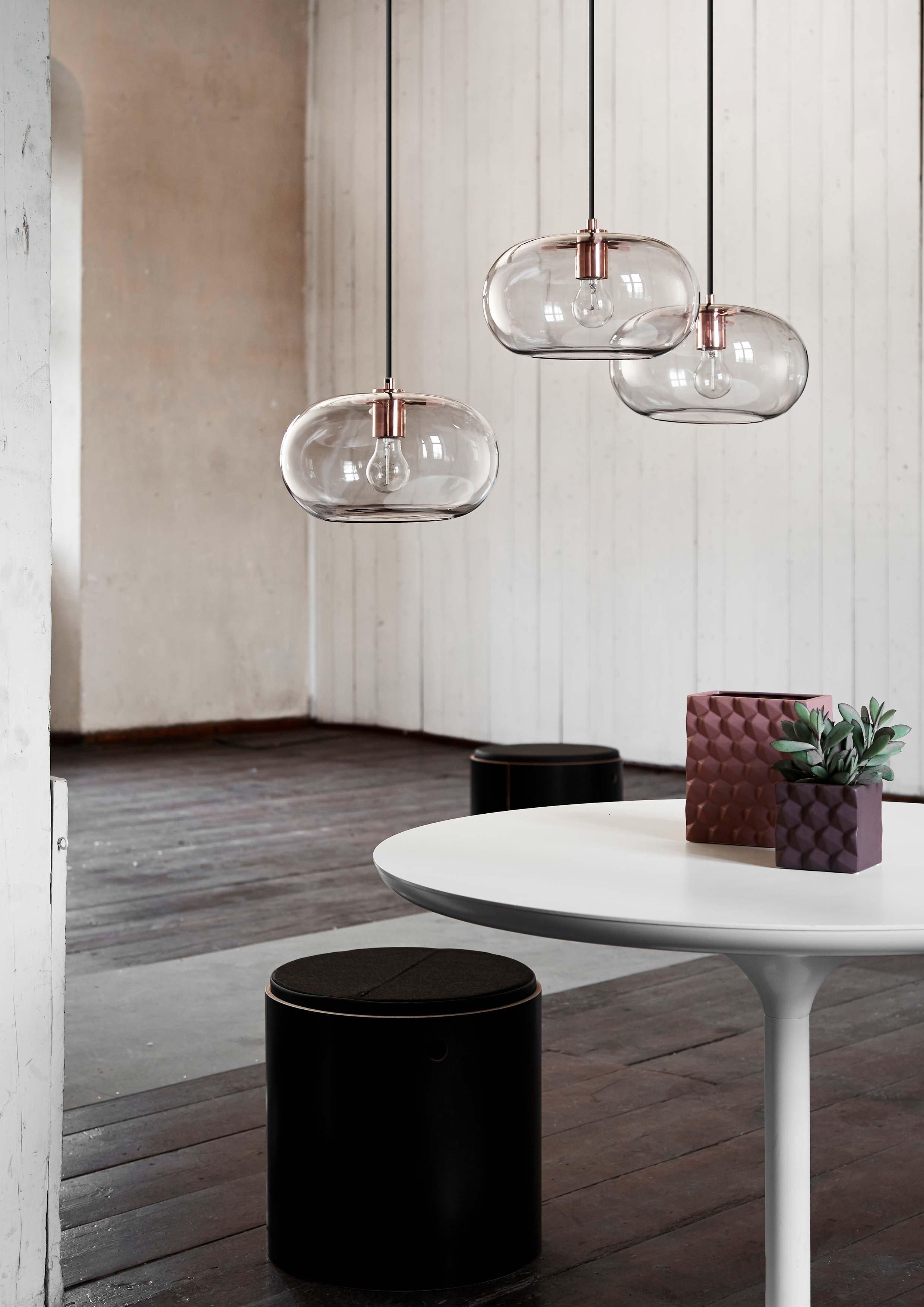 Kobe-pendant-rose-glass-copper-socket---lifestyle-Arsenalgaarden-1299.jpg