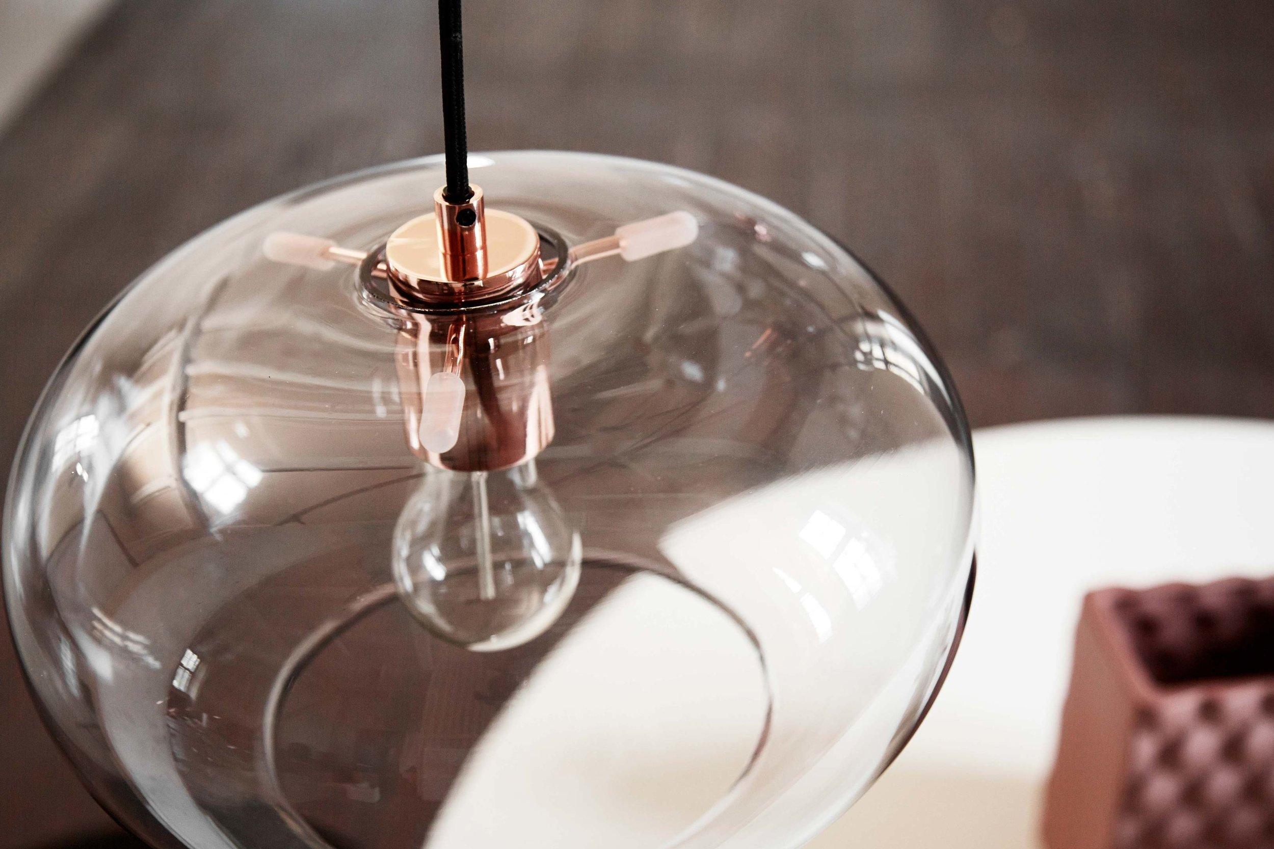 Kobe-pendant-rose-glass-copper-socket---lifestyle-closeup-Arsenalgaarden-1299_V1.jpg