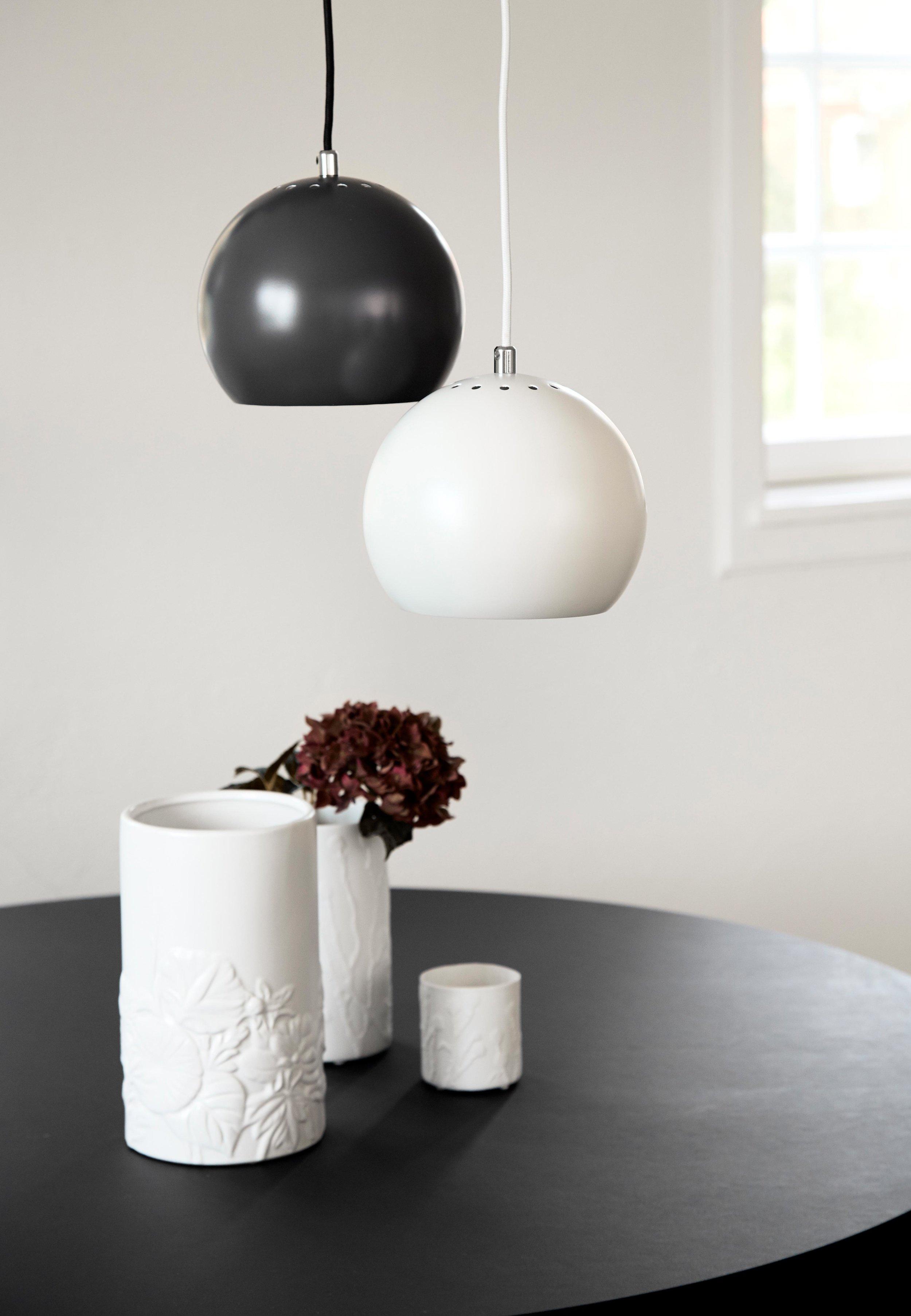 Ball-Pendant-18-cm-black+white-matt---lifestyle-Tirsbæk-Gods-1115.jpg