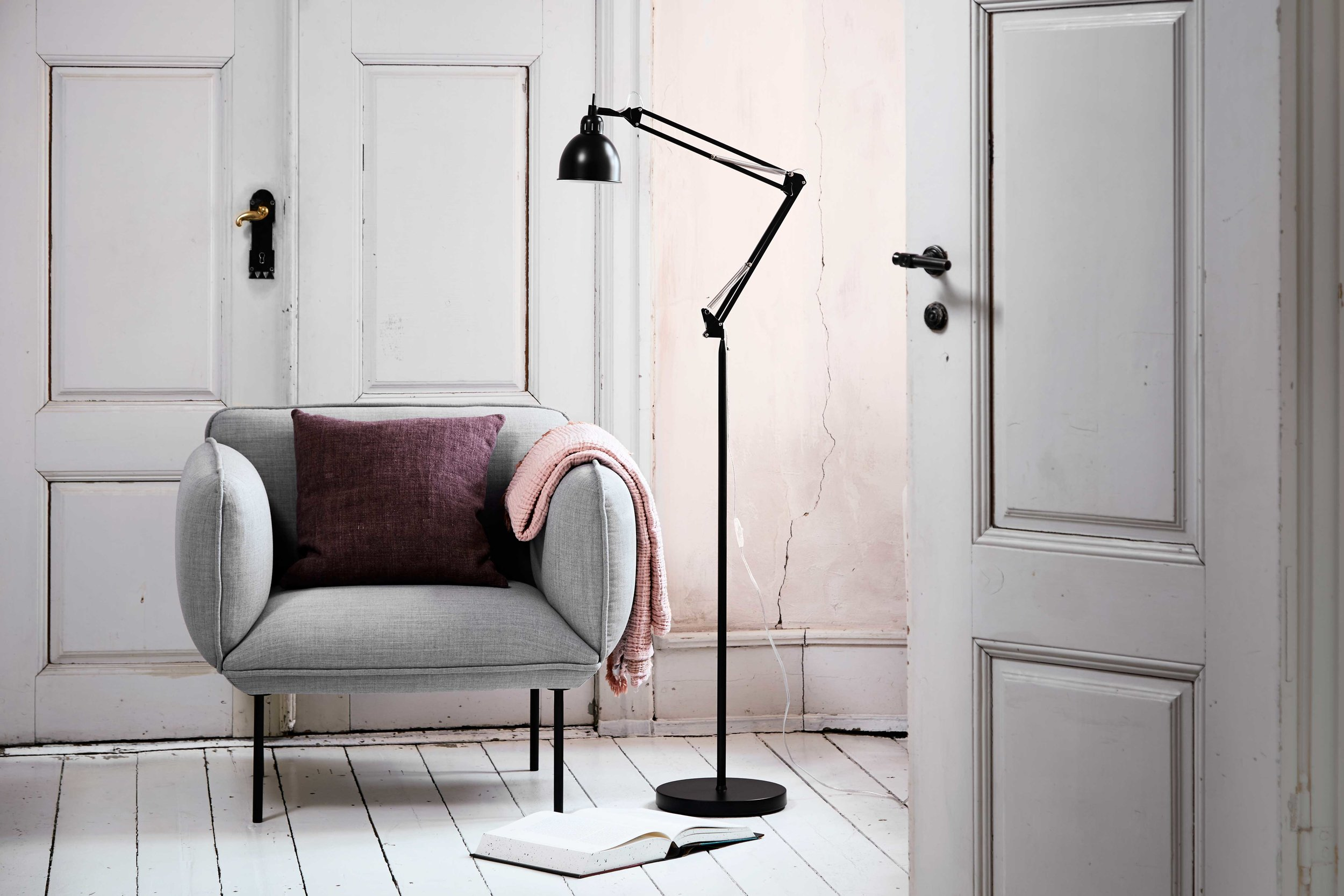 Job-floor-lamp-black--matt---lifestyle-Tirsbæk-Gods-3148.jpg