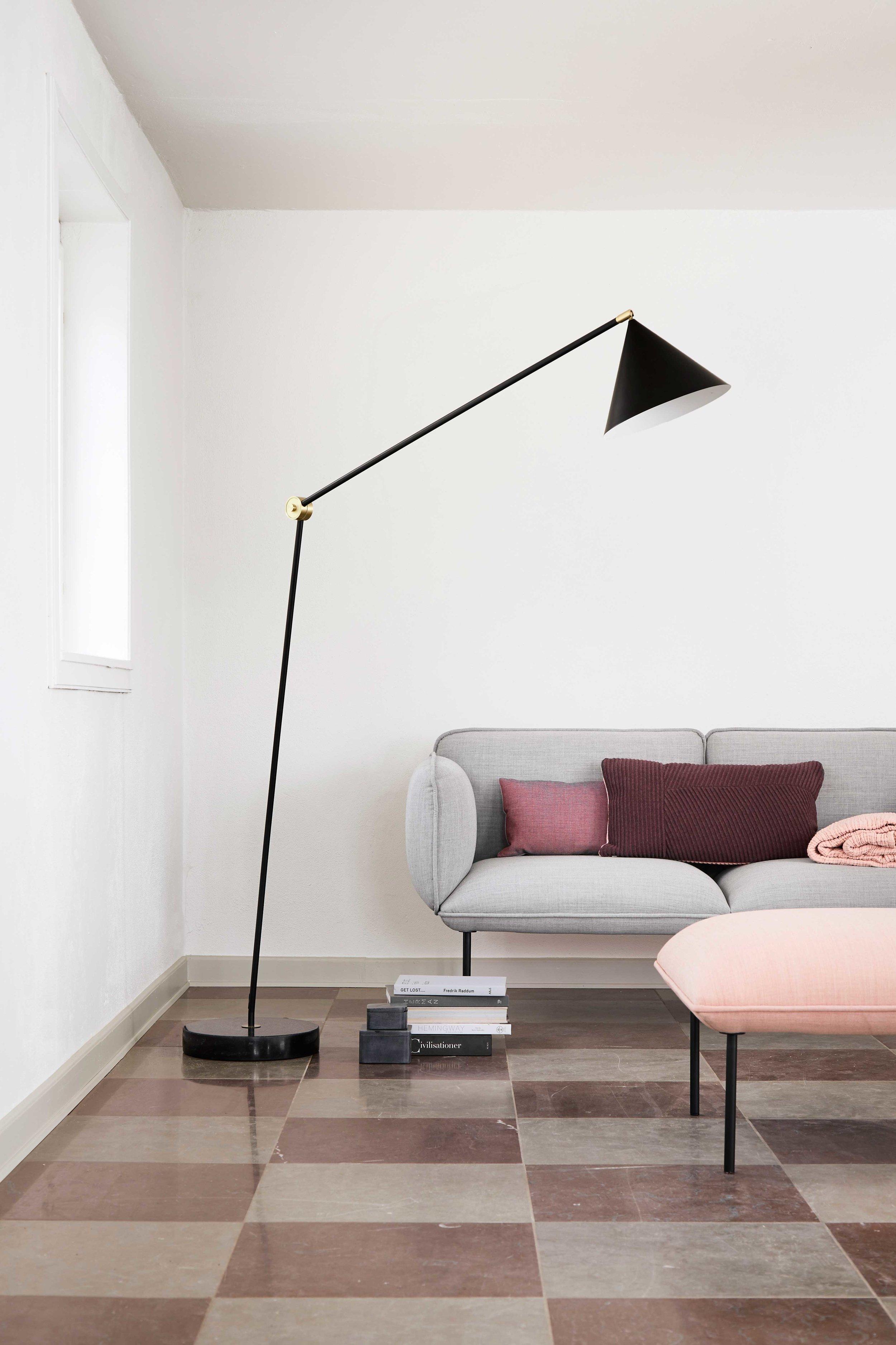 Benjamin-floor-lamp-black-matt---lifestyle-Tirsbæk-Gods-63350.jpg