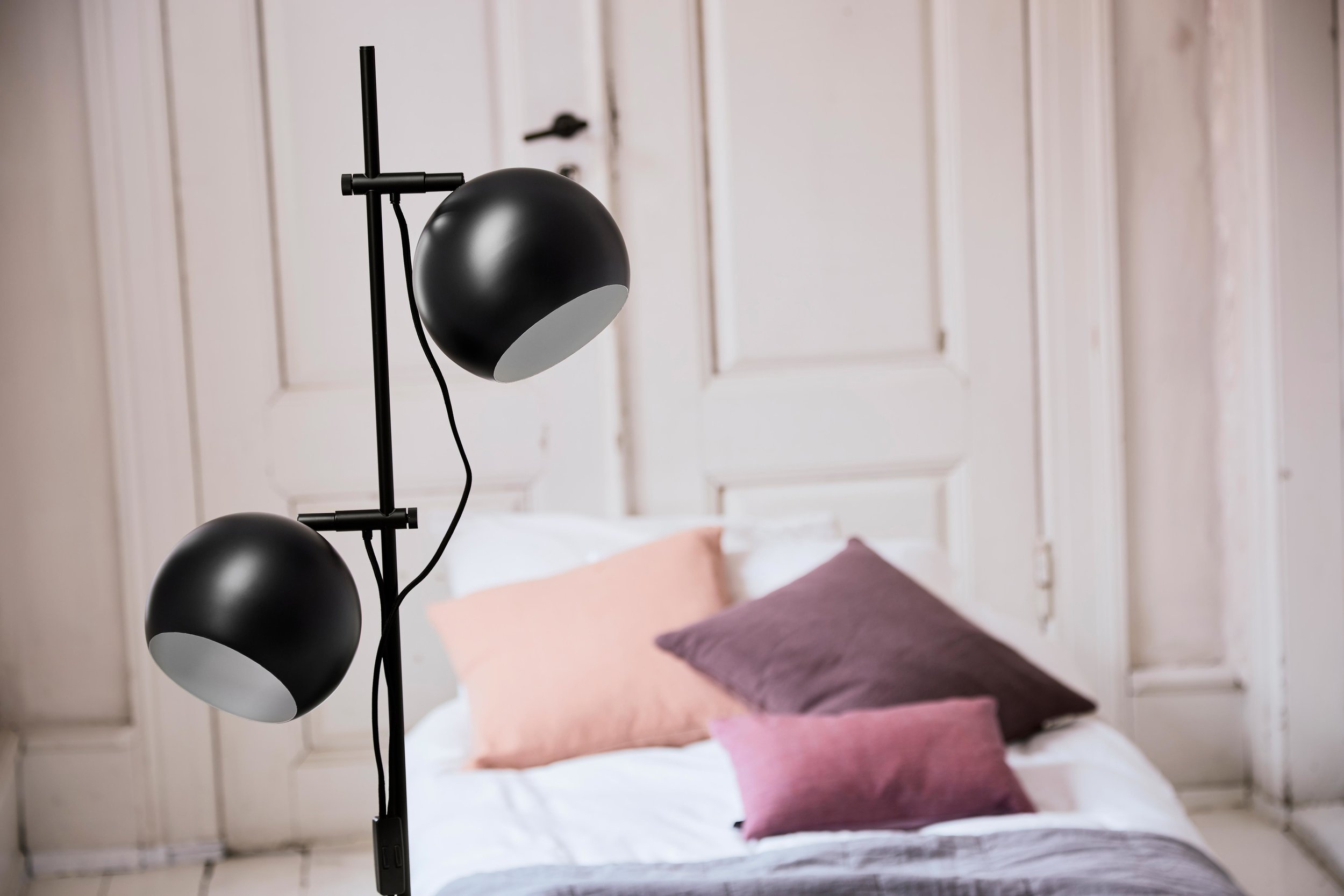 Ball-Double-floor-lamp-black-matt---lifestyle-closeup-Tirsbæk-Gods-63327_V1.jpg