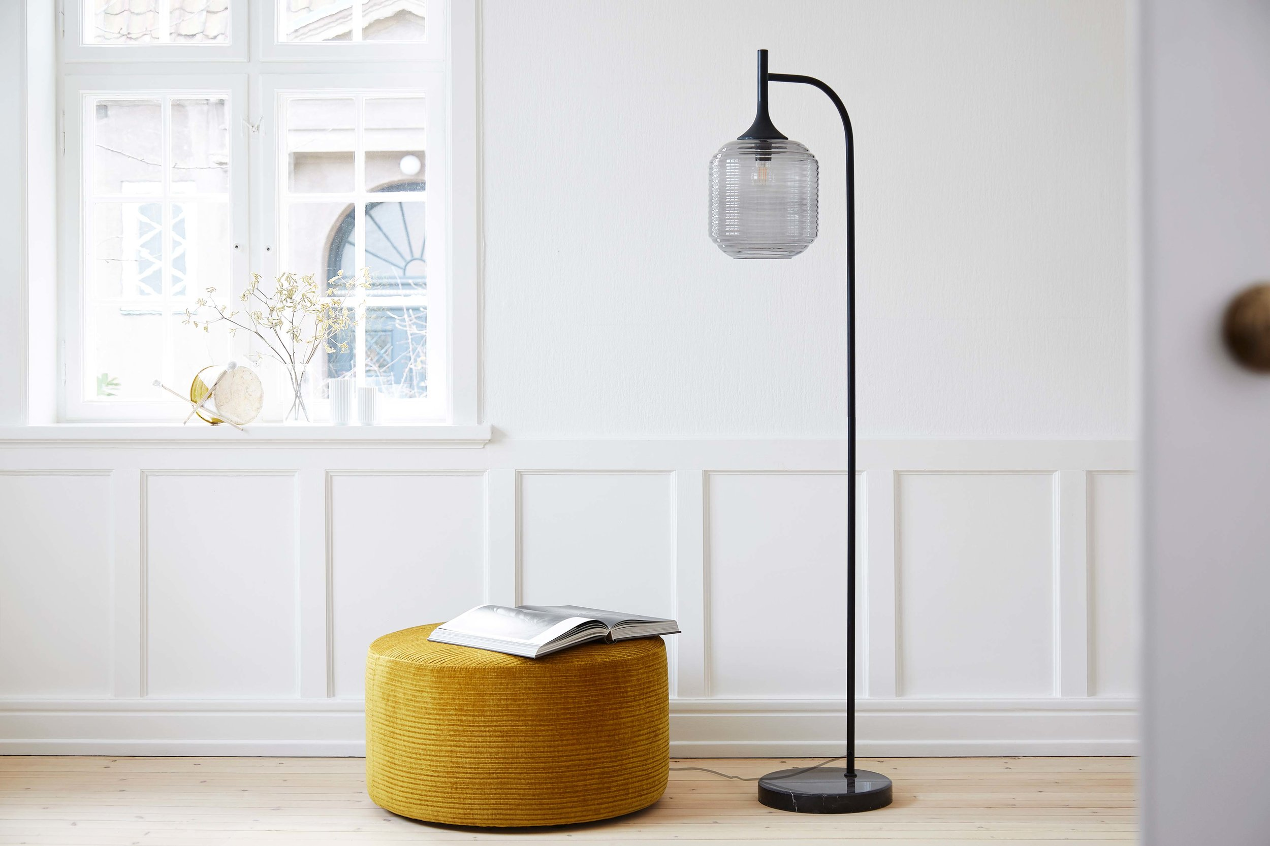 Honey-floor-lamp-black-matt-smoke-glass---lifestyle-Teglgaardsvej-63544.jpg