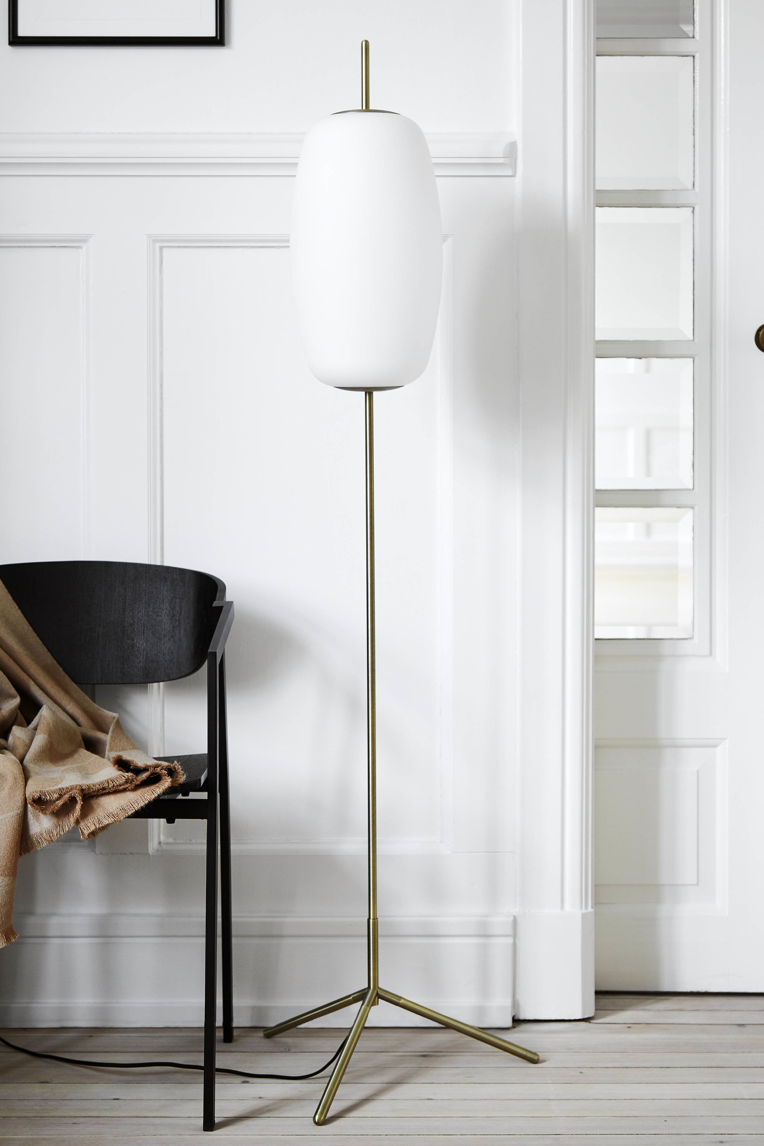 Silk floor lamp opal white glass antique brass - lifestyle Teglgårdsvej 3577.jpg